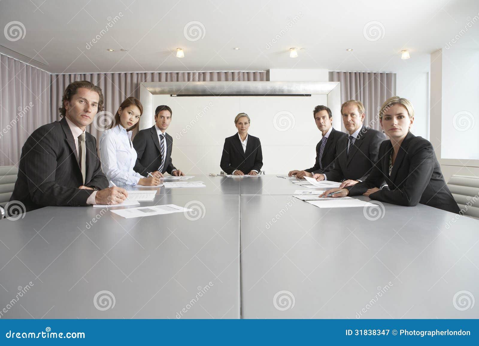 Ludzie Biznesu Przy Konferencyjnym stołem