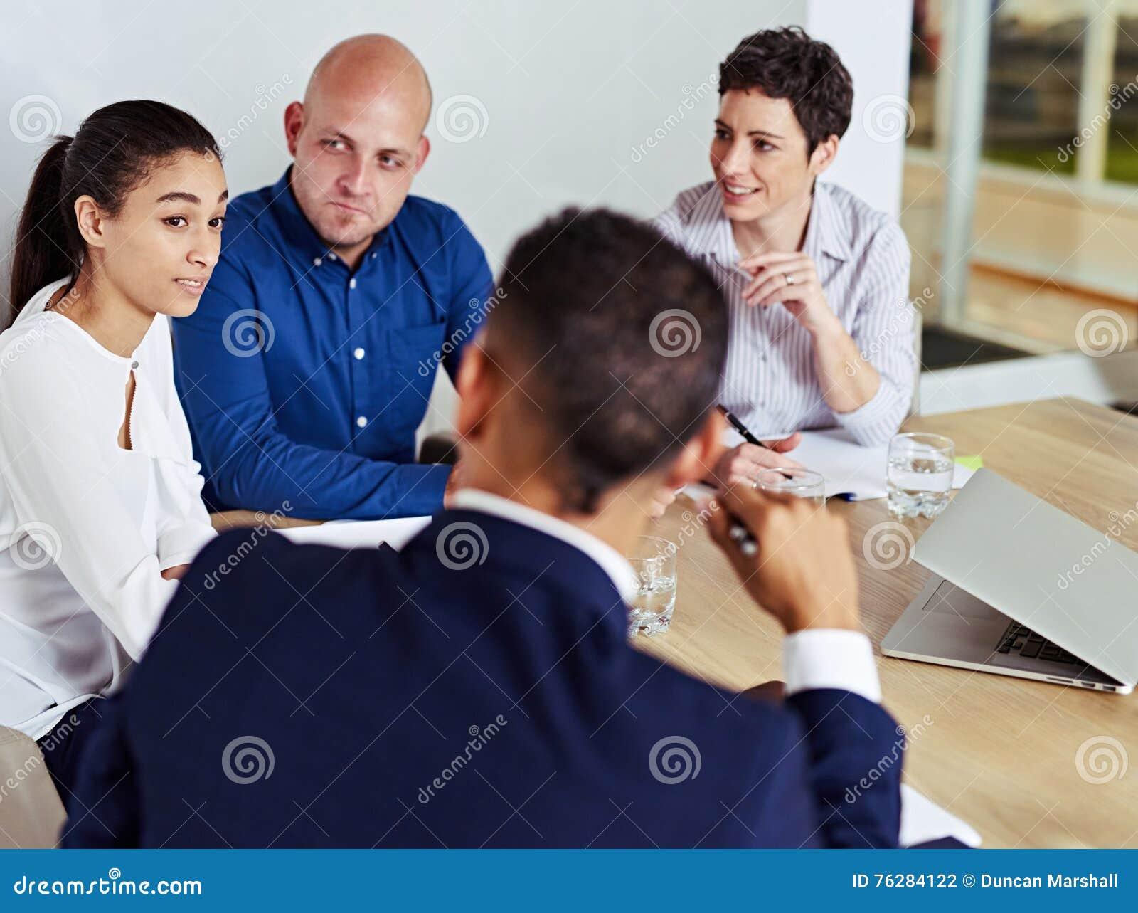 Ludzie biznesu ruchliwie mieć spotkania w deskowym pokoju wpólnie
