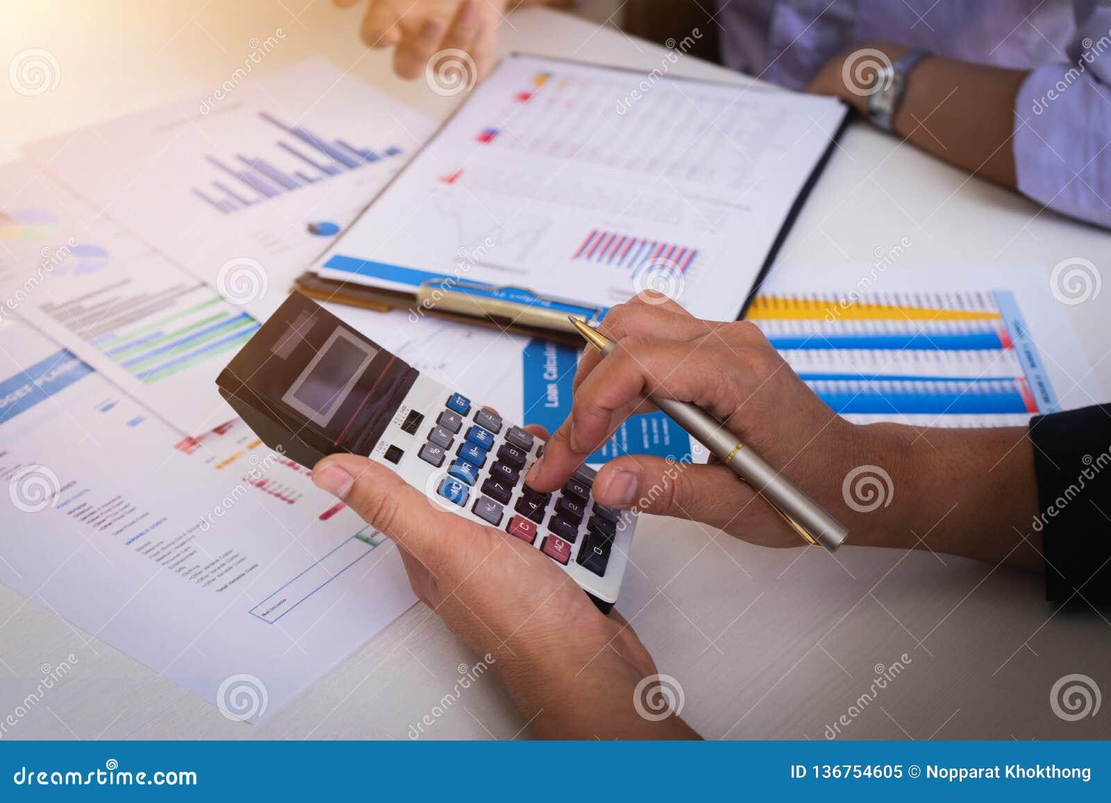 Ludzie biznesu spotyka analizować sytuację na pieniężnym raporcie w pokoju konferencyjnym i dyskutować Spotkania planowania budże