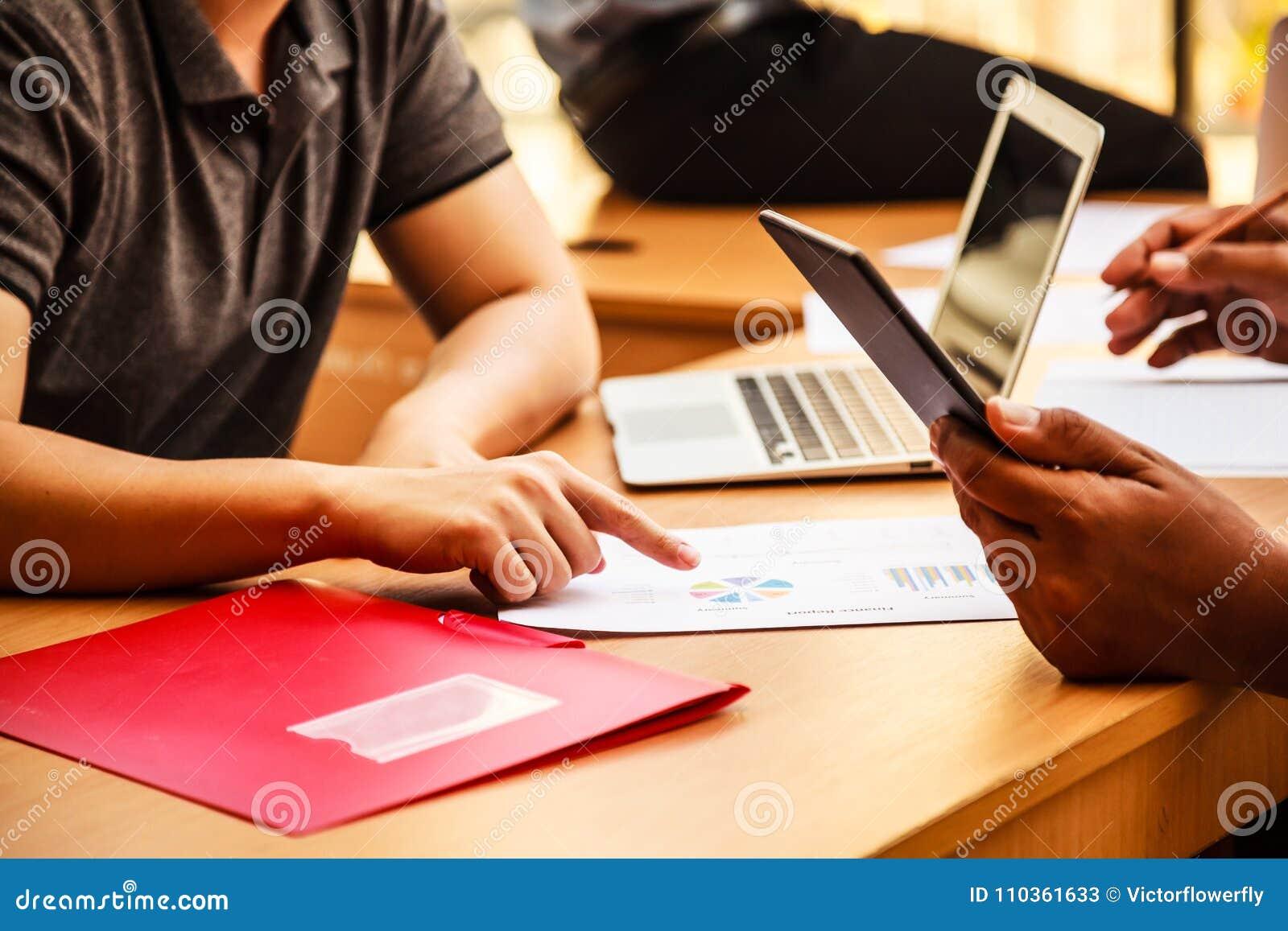 Ludzie Biznesu Spotyka w biurowym pojęciu, Używać pomysł, mapy, komputery, pastylka, Mądrze przyrząda na biznesowym planowaniu