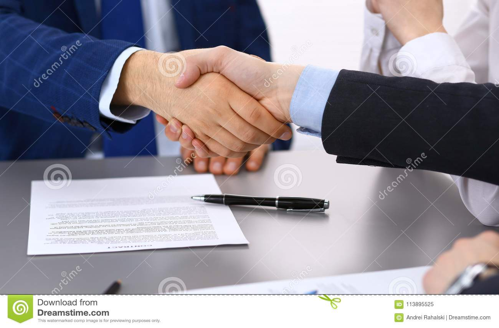 Ludzie biznesu trząść ręki, wykończeniowy up papierów podpisywać Spotykać, kontrakta i prawnika ordynacyjny pojęcie,