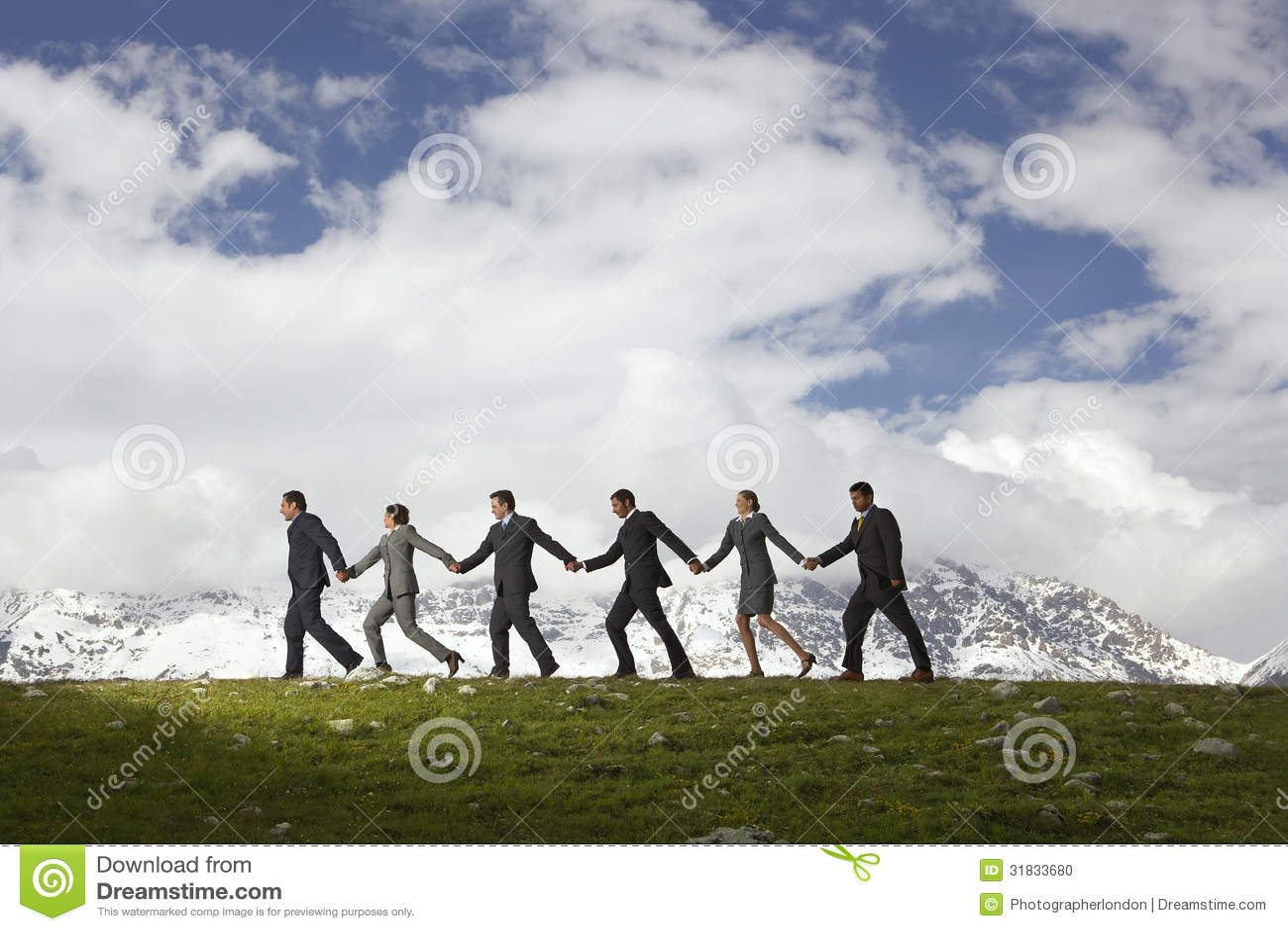 Ludzie Biznesu Trzyma ręki I odprowadzenie Przez gór