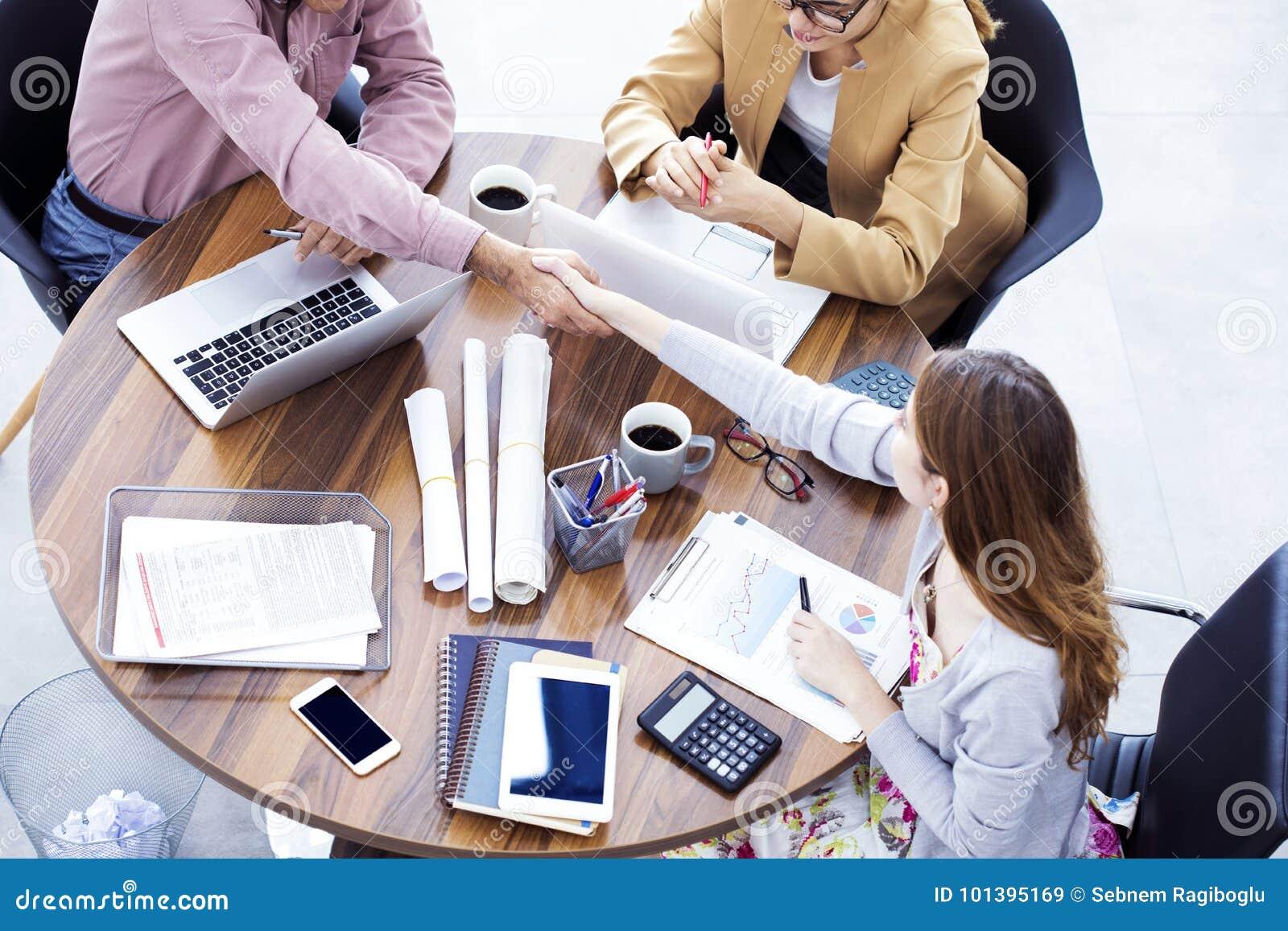Ludzie biznesu uścisku dłoni w biurze