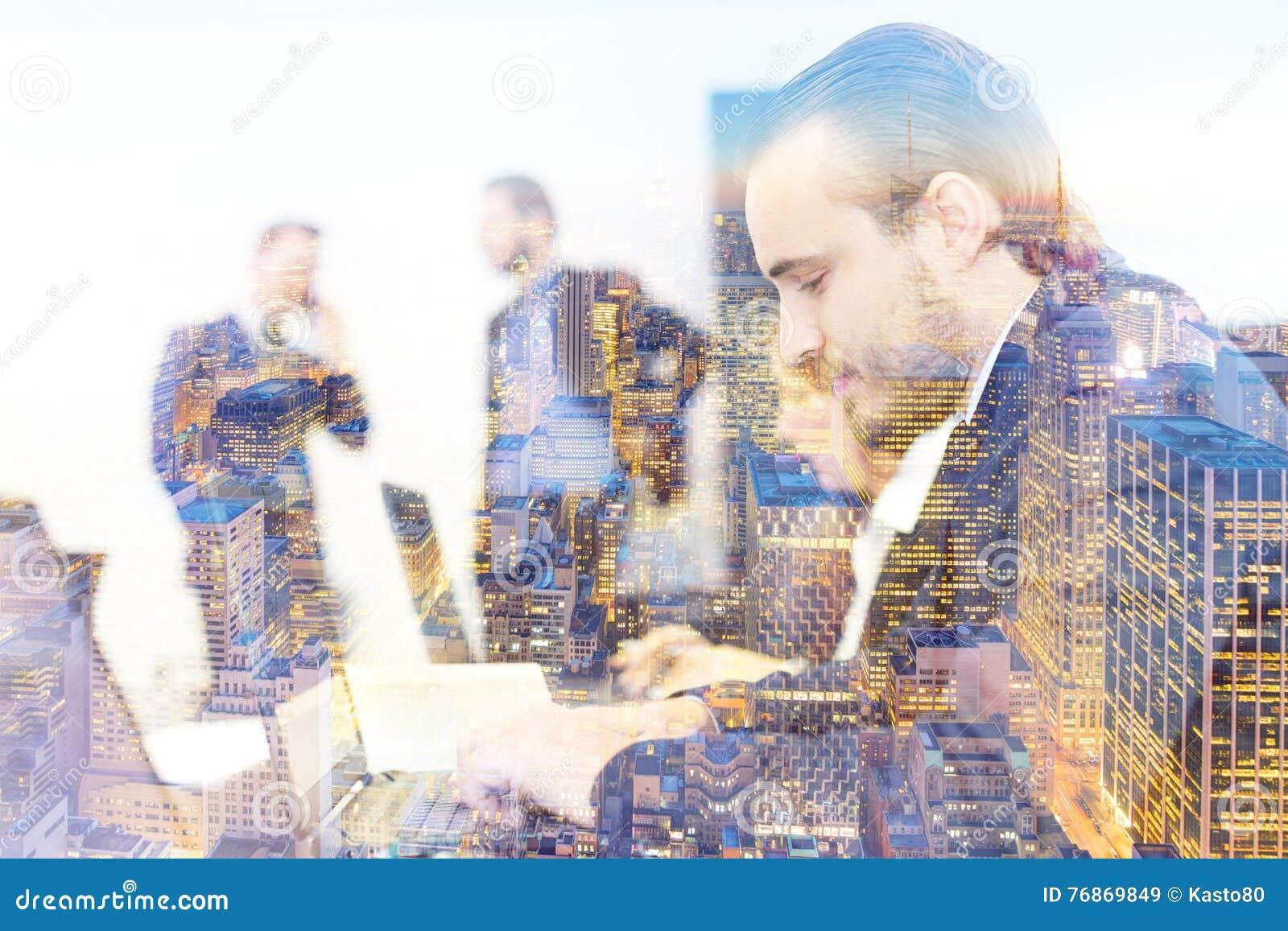 Ludzie biznesu w nowożytnym biurze