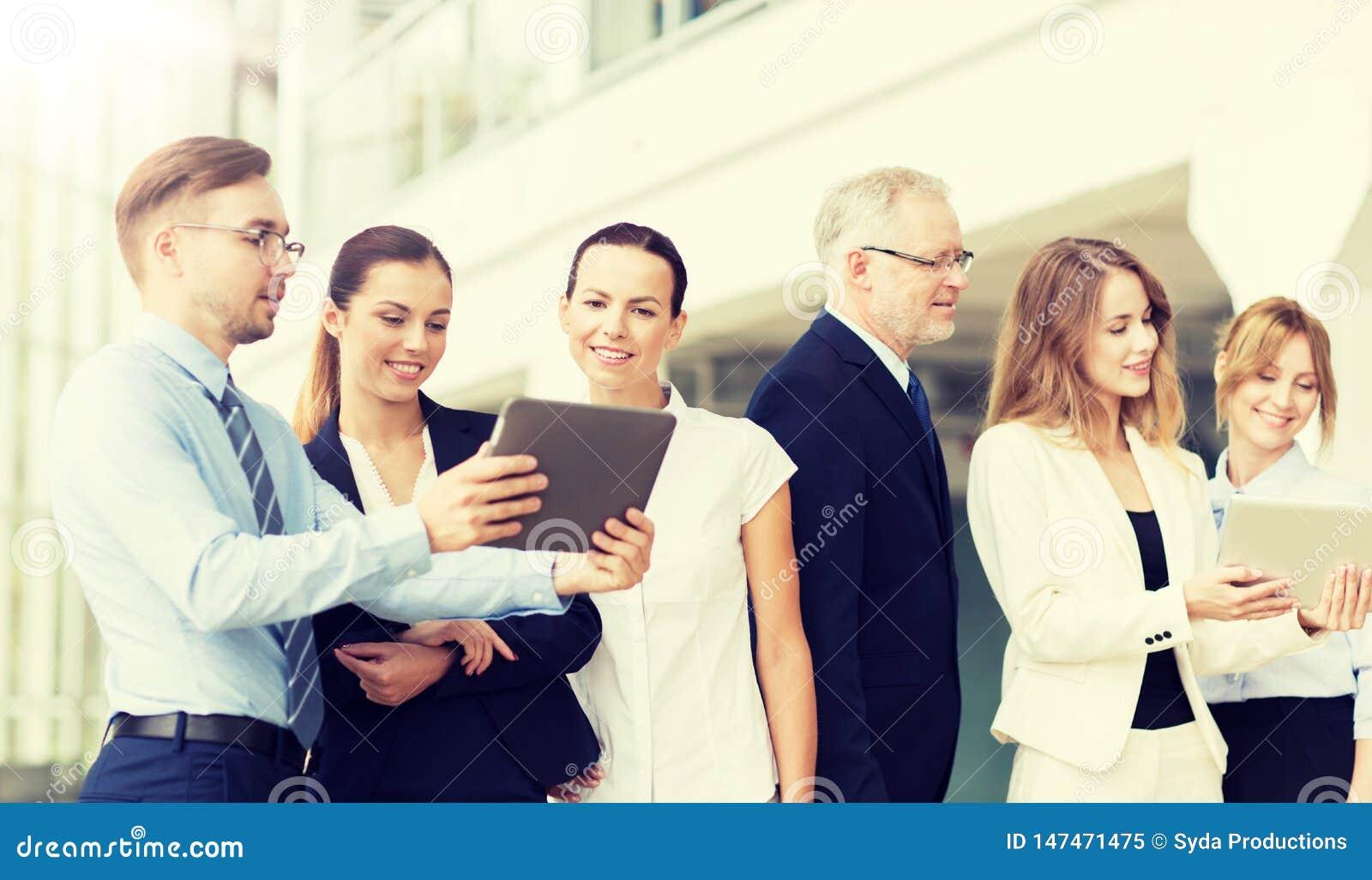 Ludzie biznesu z pastylka komputeru osobistego komputerami przy biurem