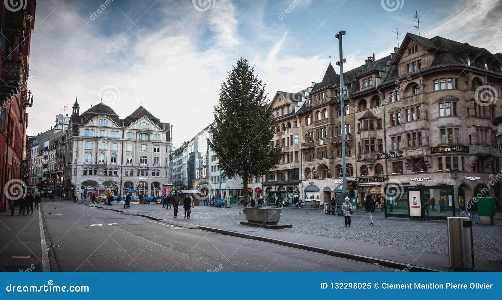 Ludzie chodzą cicho na rynku Basel
