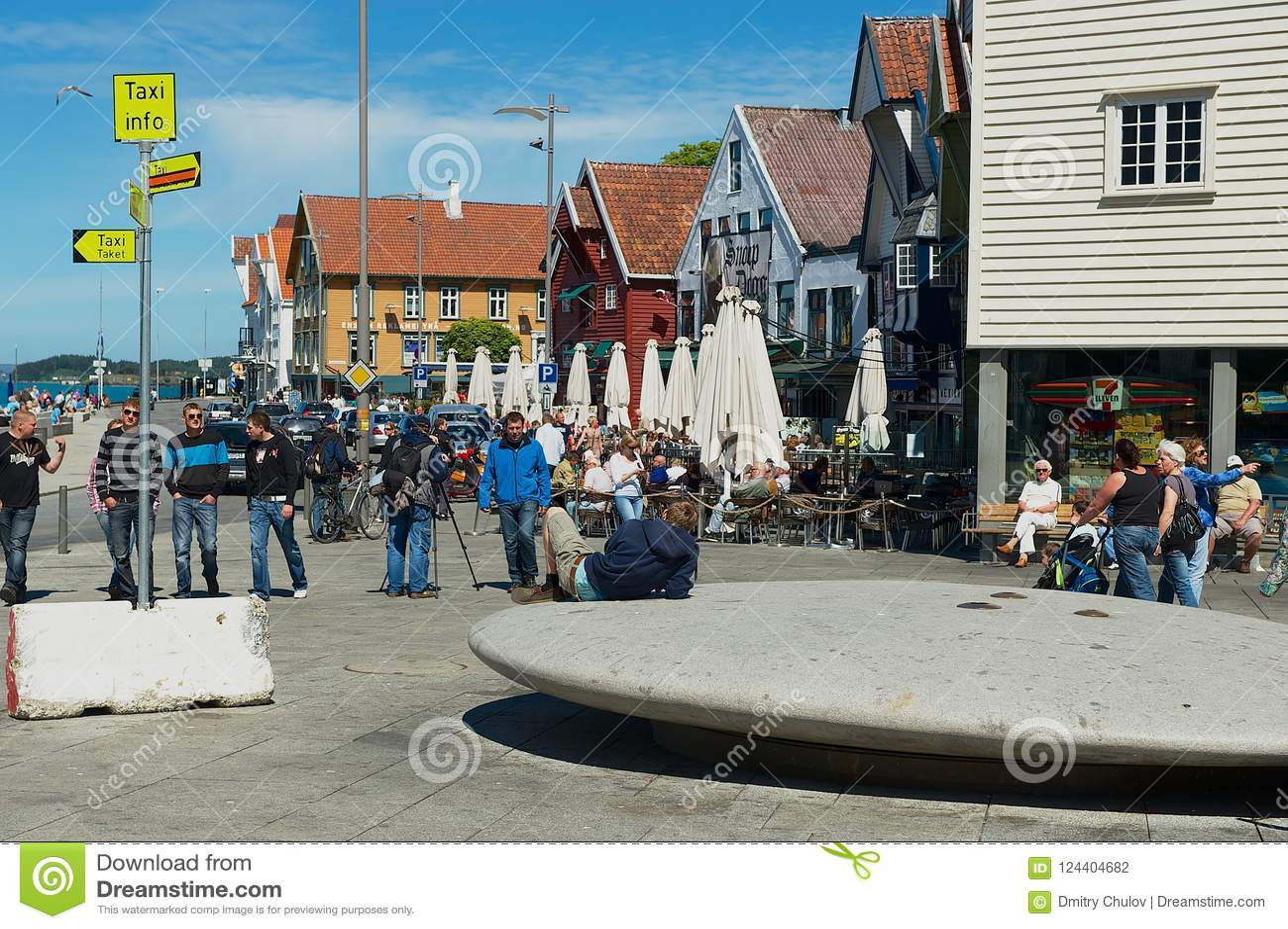 Ludzie chodzą nadmorski ulicą w Stavanger, Norwegia