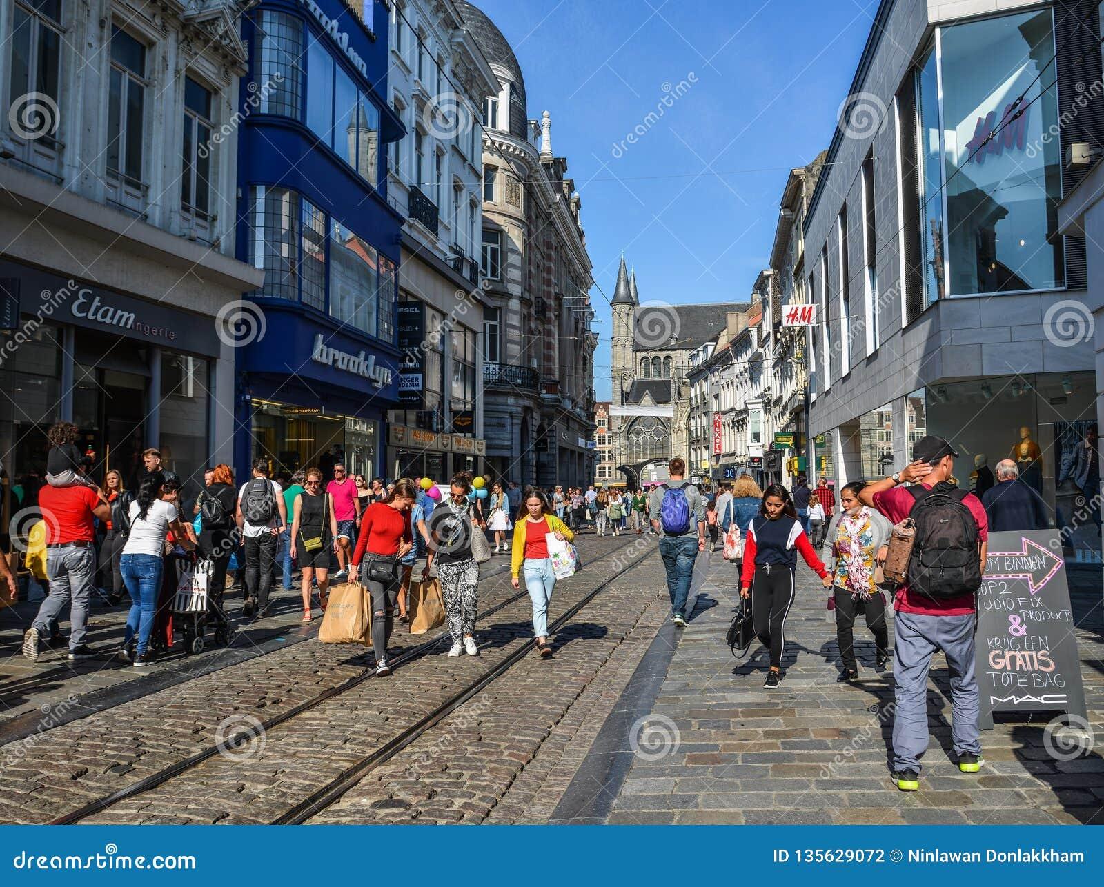 Ludzie chodzi na ulicie w Gent, Belgia
