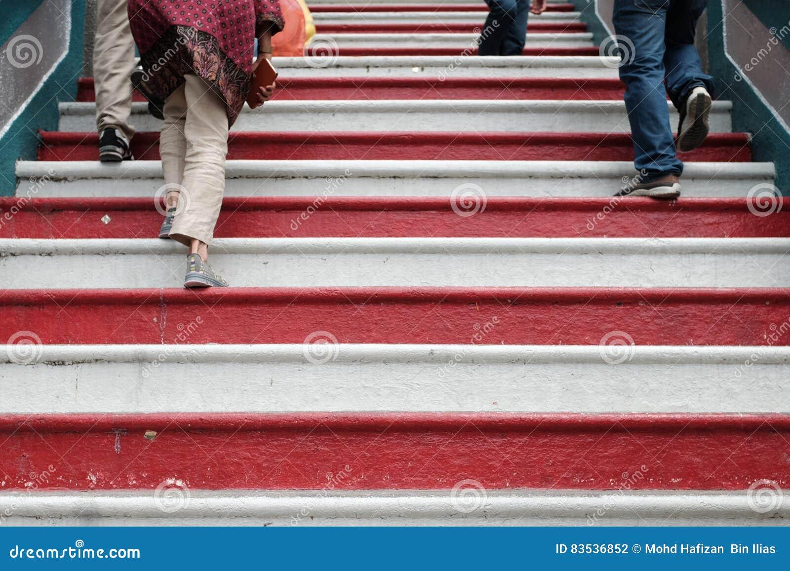 Ludzie chodzi w górę contrasty clolor schodków w murugan hinduskiej świątyni