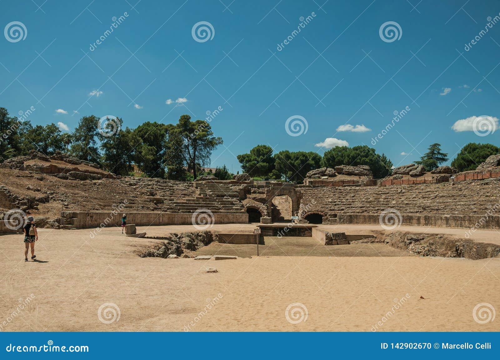Ludzie chodzi wokoło Romańskiego amfiteatru przy Merida