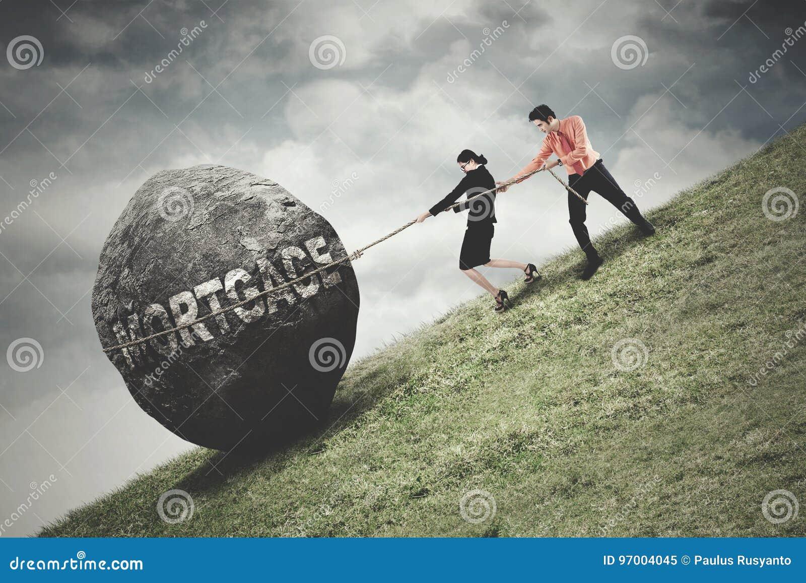 Ludzie ciągnienie kamienia z hipotecznym słowem