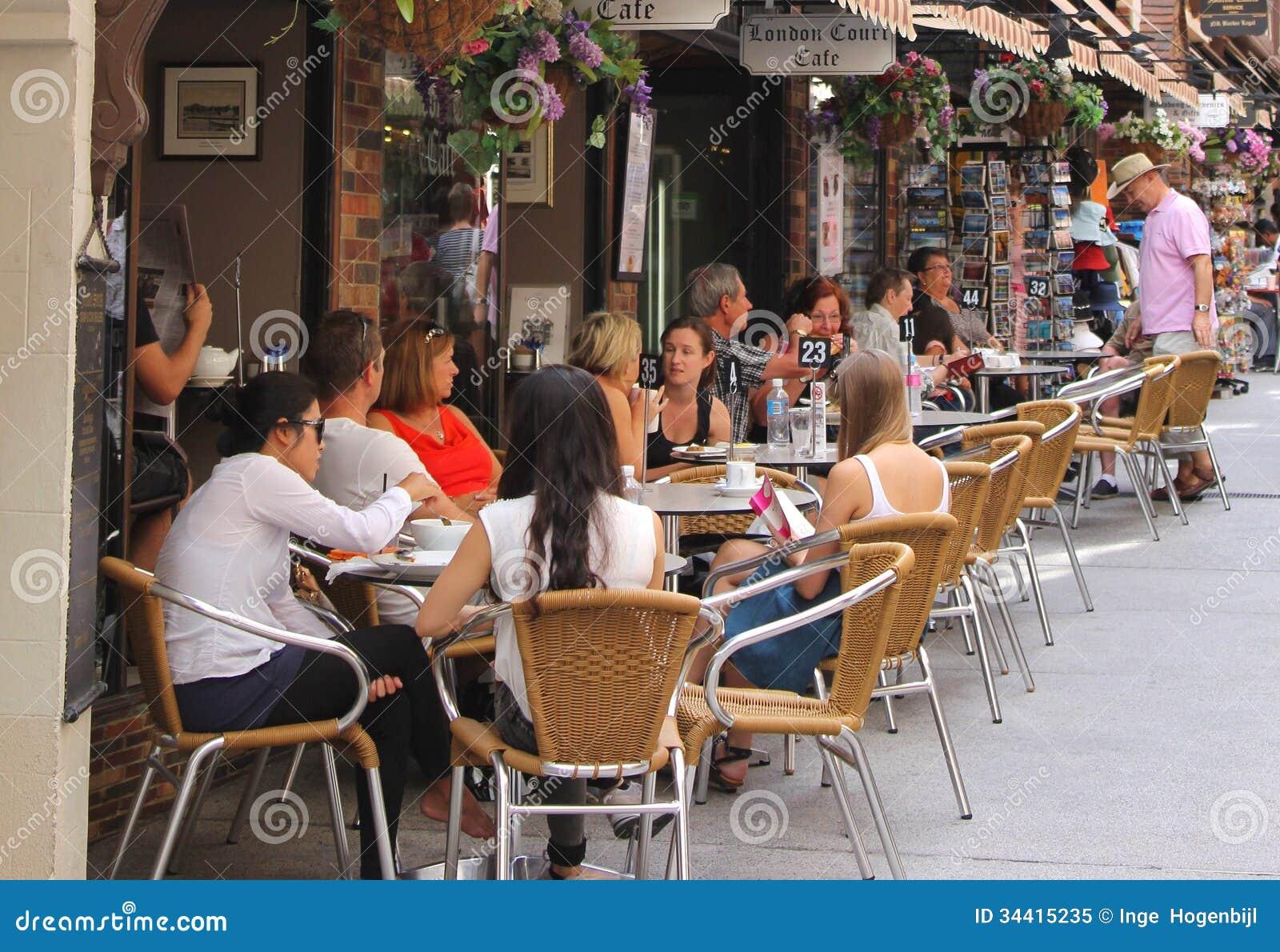 Ludzie cieszą się przy tarasem w Londyn sądzie