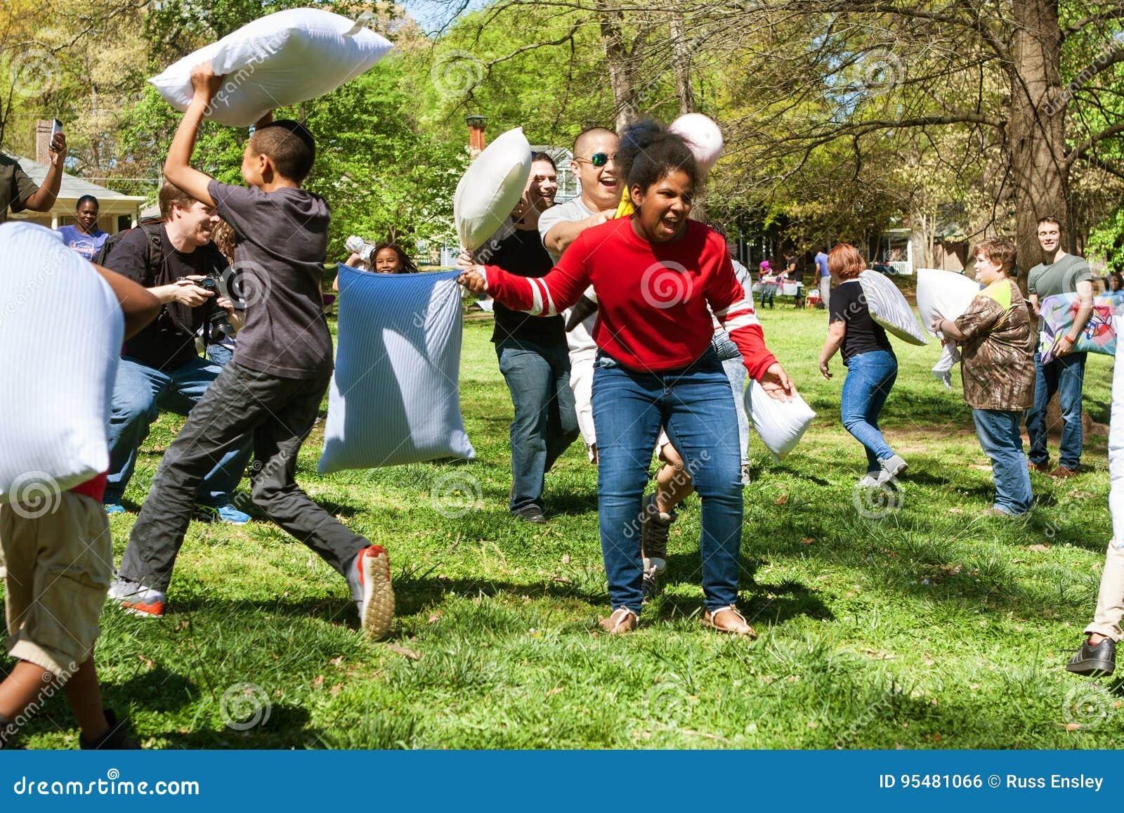 Ludzie Cieszą się Uderzający Each Inny Na Międzynarodowym poduszki walki dniu