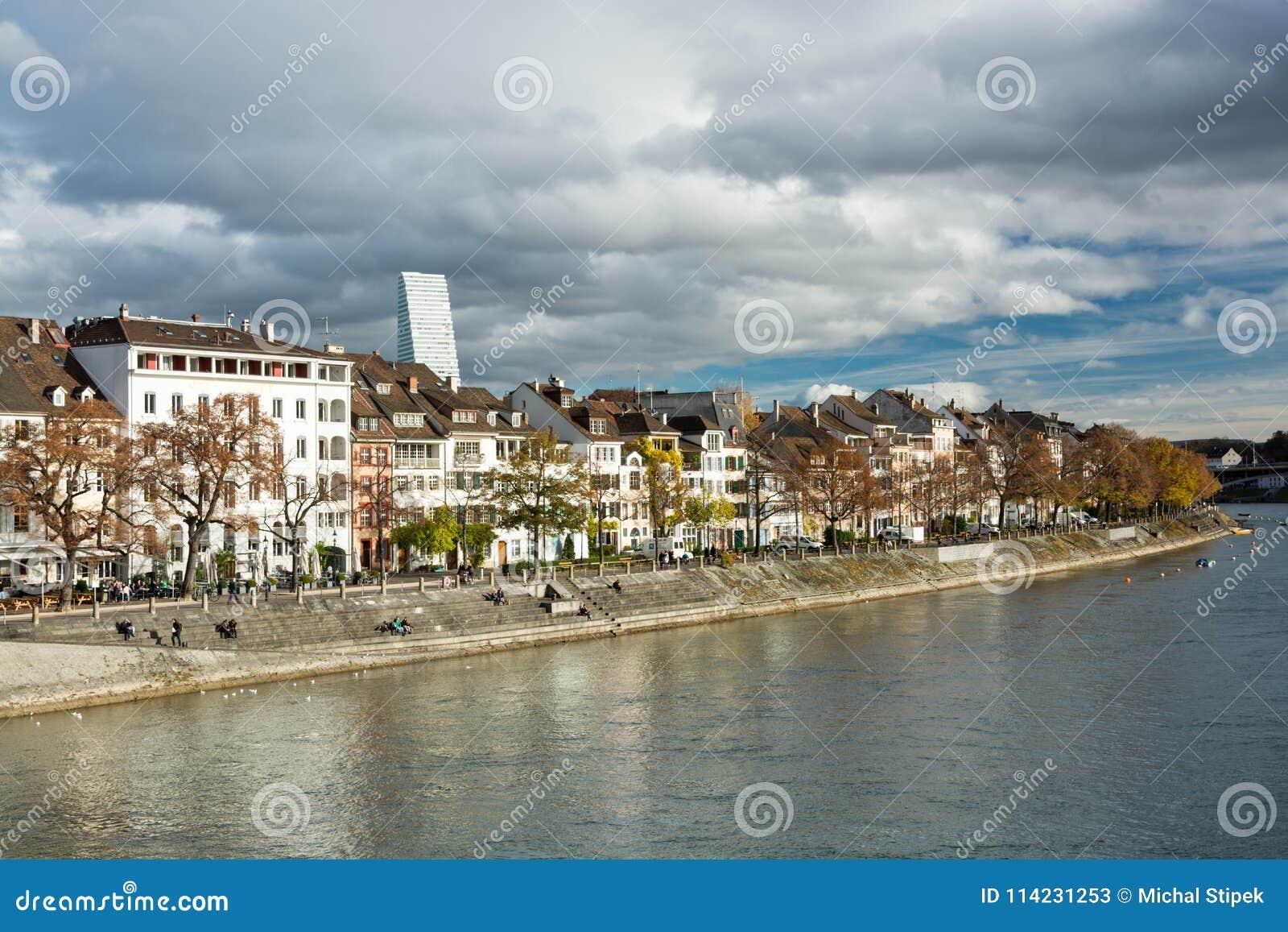 Ludzie cieszy się dramatycznego popołudnie na rzecznym Rhine nabrzeżu wewnątrz