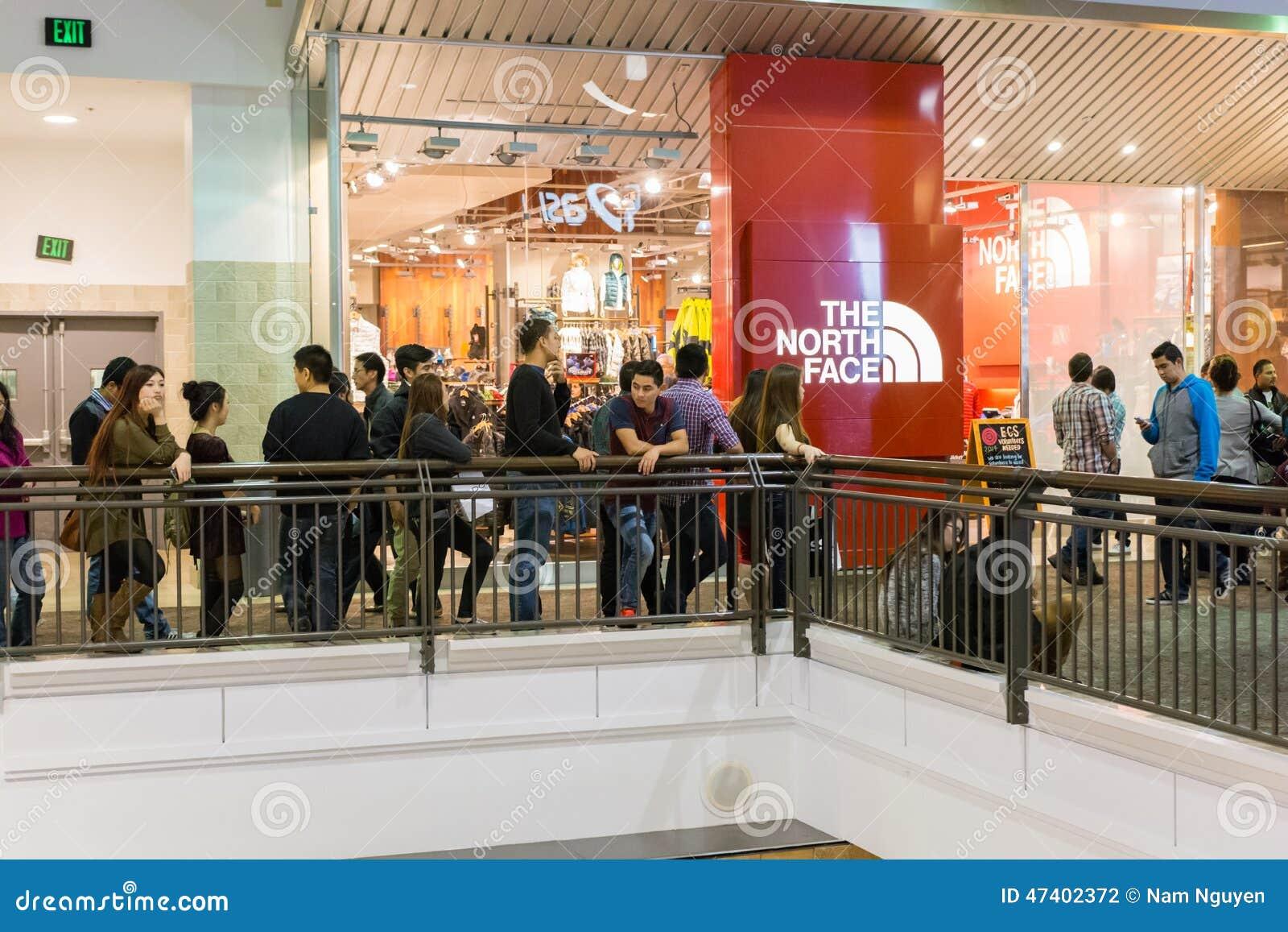Ludzie czeka Północnego twarz sklep otwierać