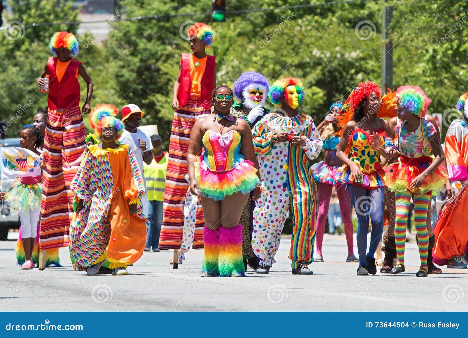 Ludzie Jest ubranym błazenów kostiumów spacer W Karaibskiej kultury paradzie
