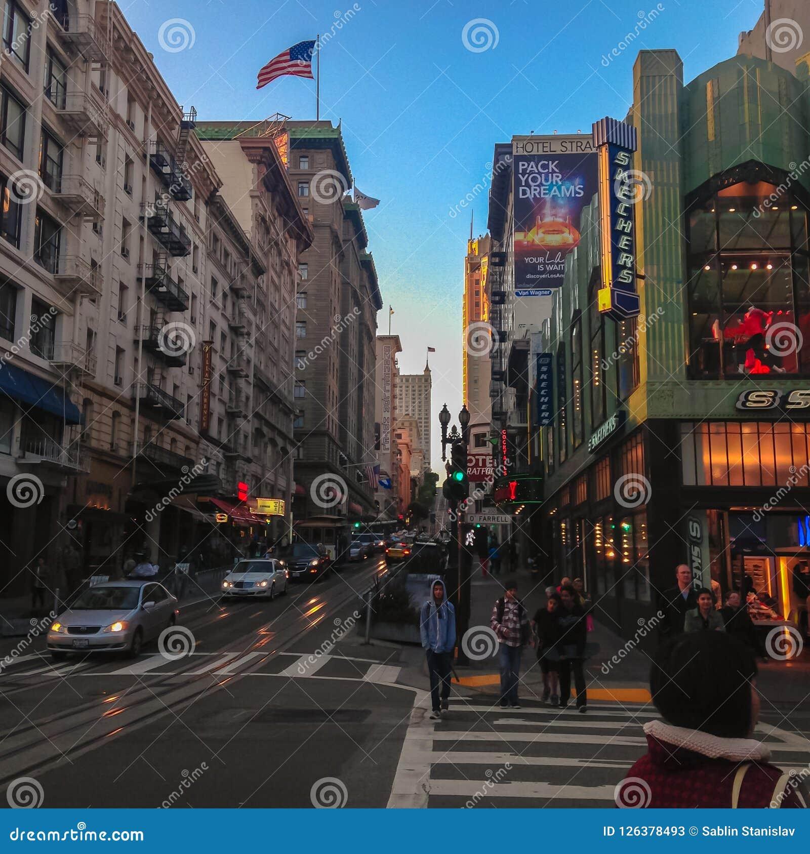 Ludzie krzyżują drogę San Fransisco Farrell ulica USA Wiosna 2015
