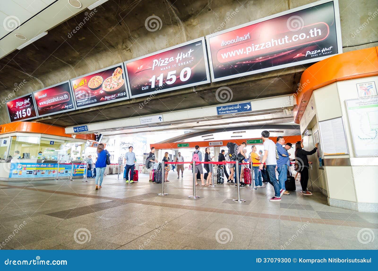Download Ludzie Kupuje Bilety Przy Payathai Stacją W Bangkok. Obraz Editorial - Obraz złożonej z pociąg, ludzie: 37079300