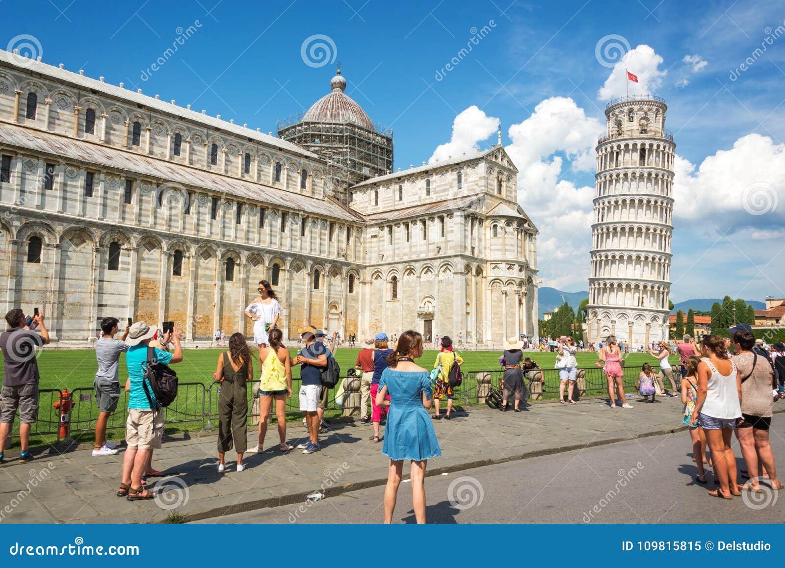Ludzie ma zabawę i bierze obrazki oparty wierza Pisa w Tuscany Włochy