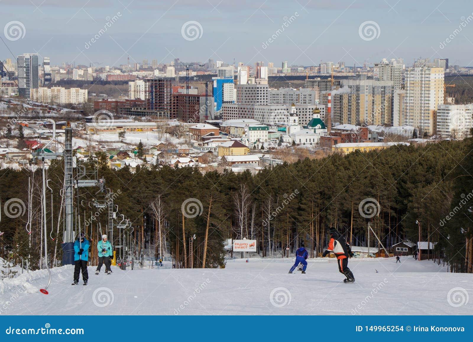 Ludzie na narciarskim widoku miasto Yekaterinburg i sk?onie