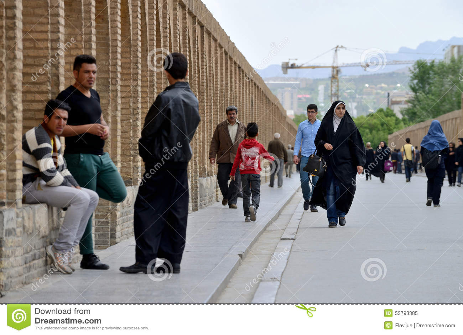 Ludzie na Siosepol moscie w Isfahan, Iran