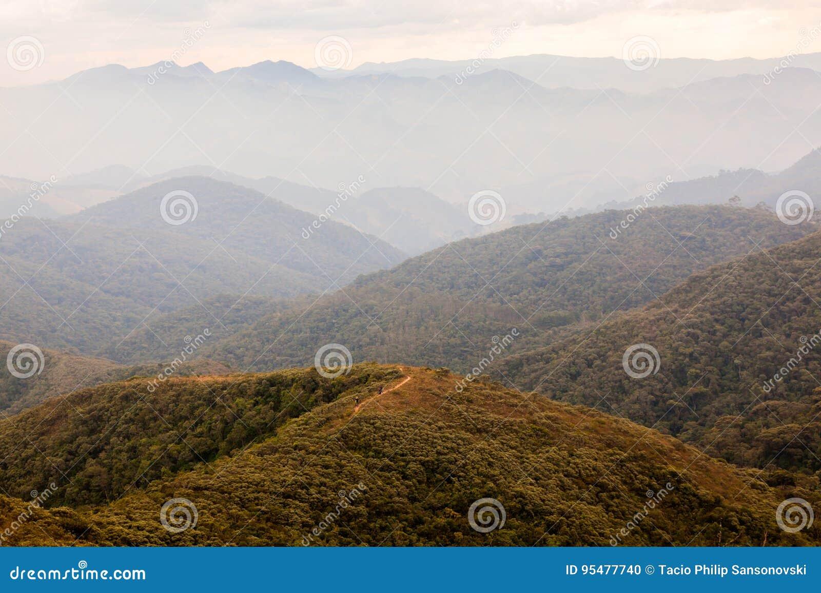 Ludzie na trekking w górze w południowym Brazylia