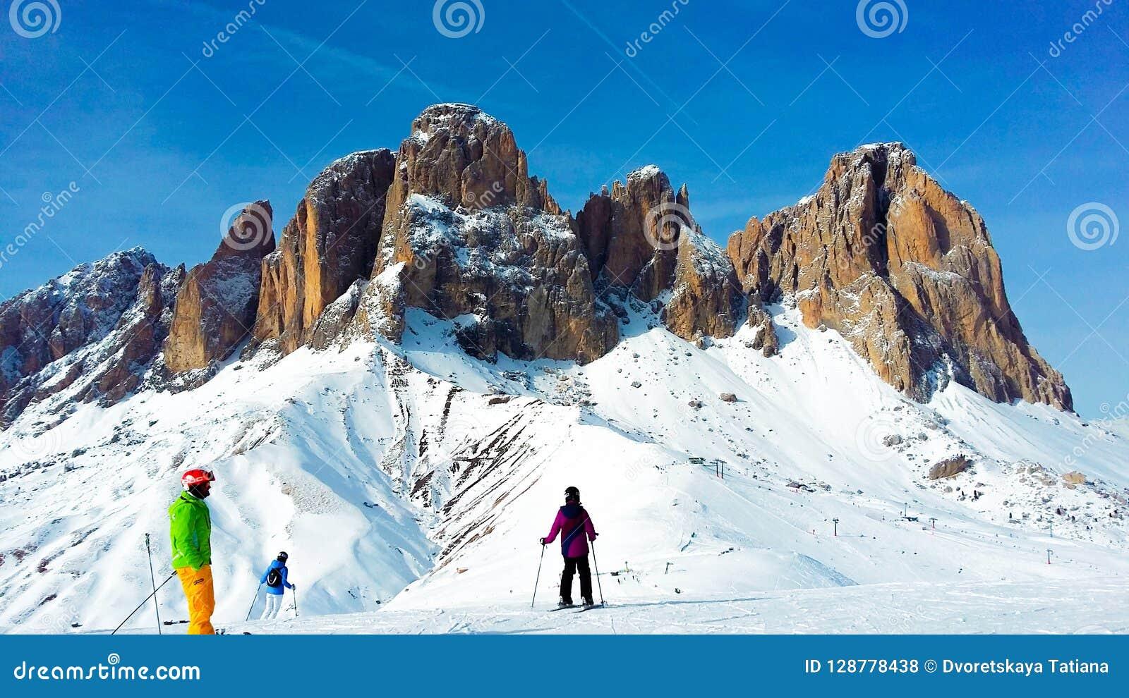 Ludzie narciarstwa w Alps na Pogodnym zima dniu