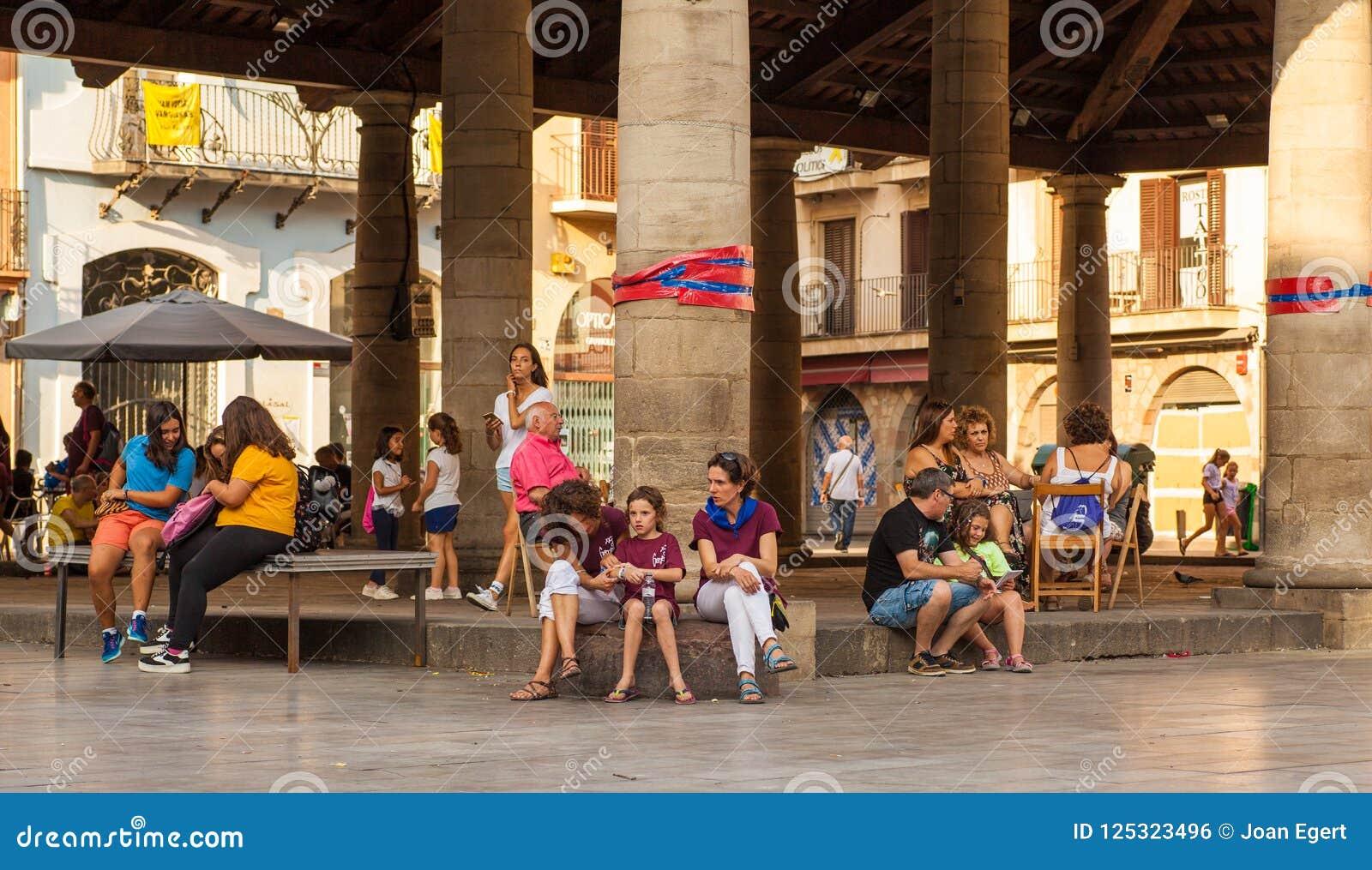 Ludzie odpoczywa przy Porxada budynkiem, Granollers