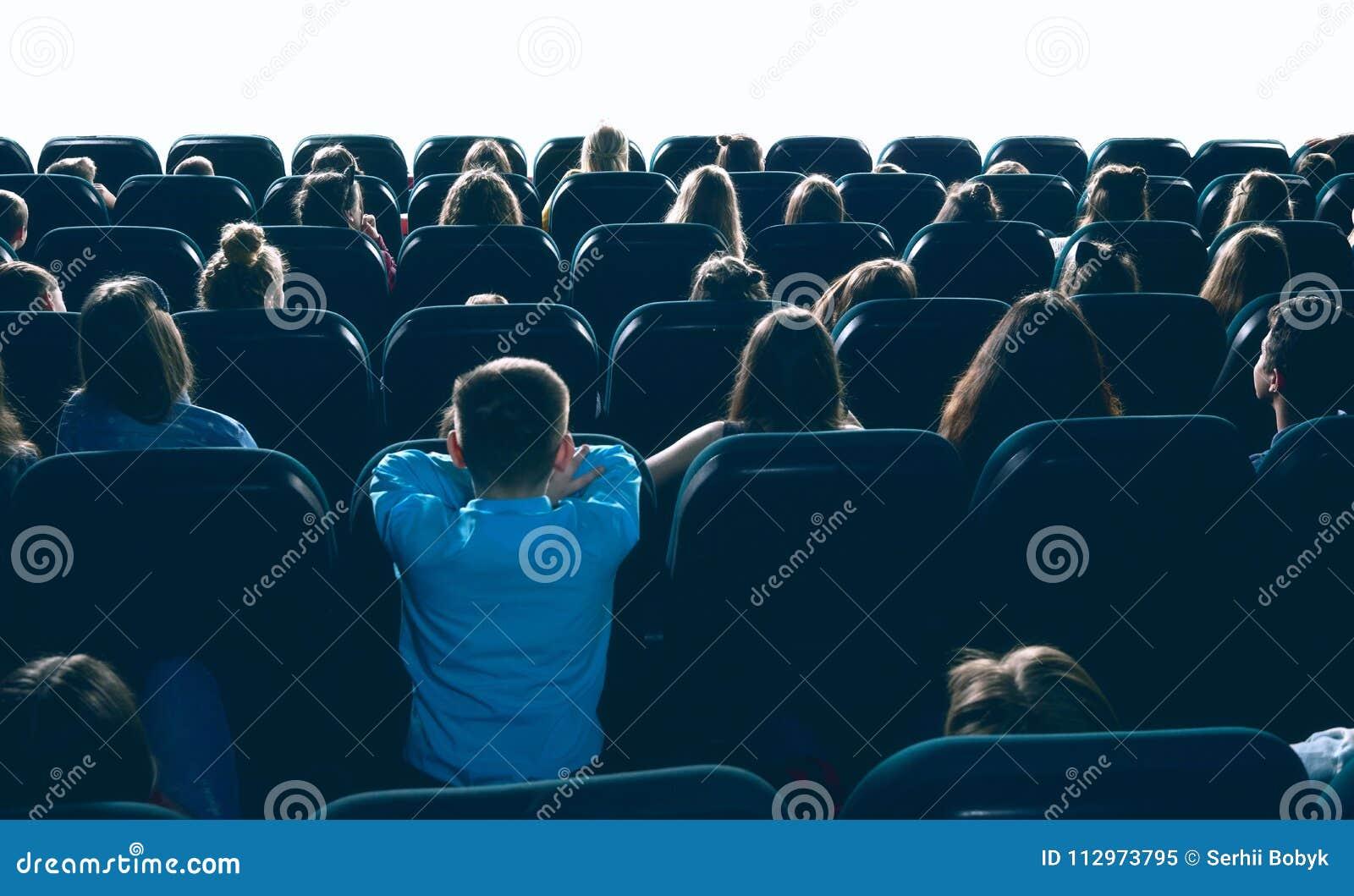 Ludzie ogląda film w kinowej sala