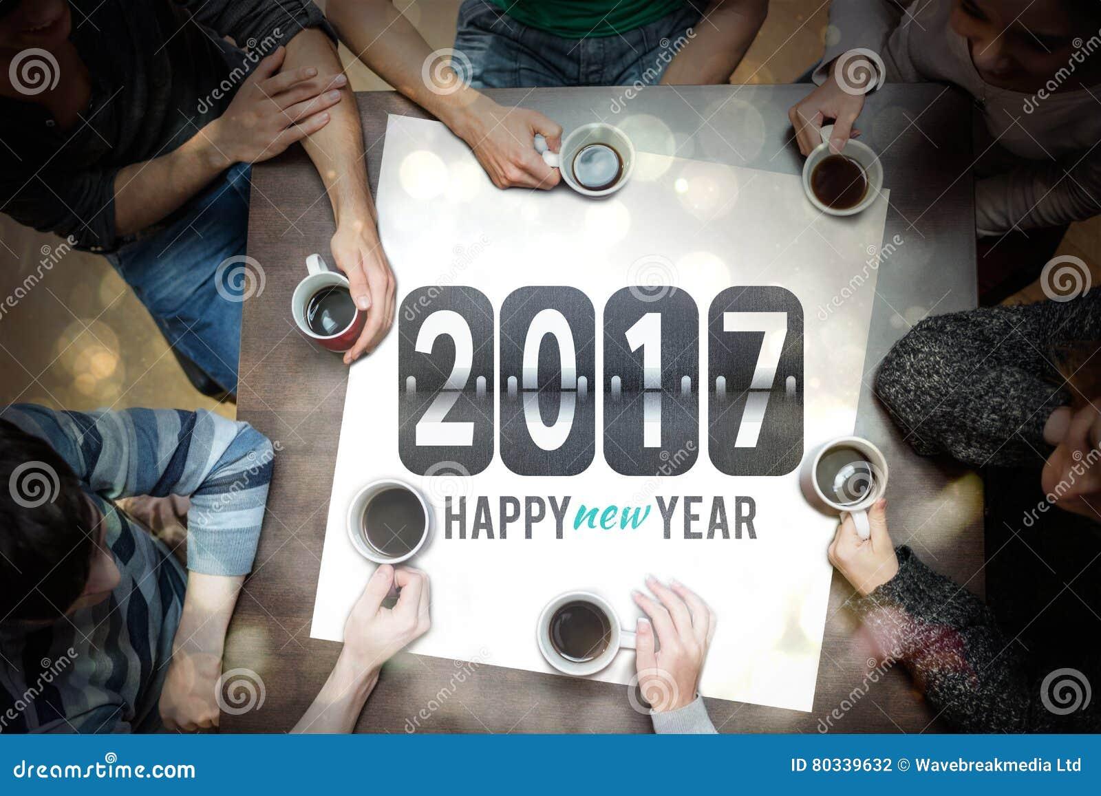 Ludzie pije kawę wokoło nowy rok wiadomości