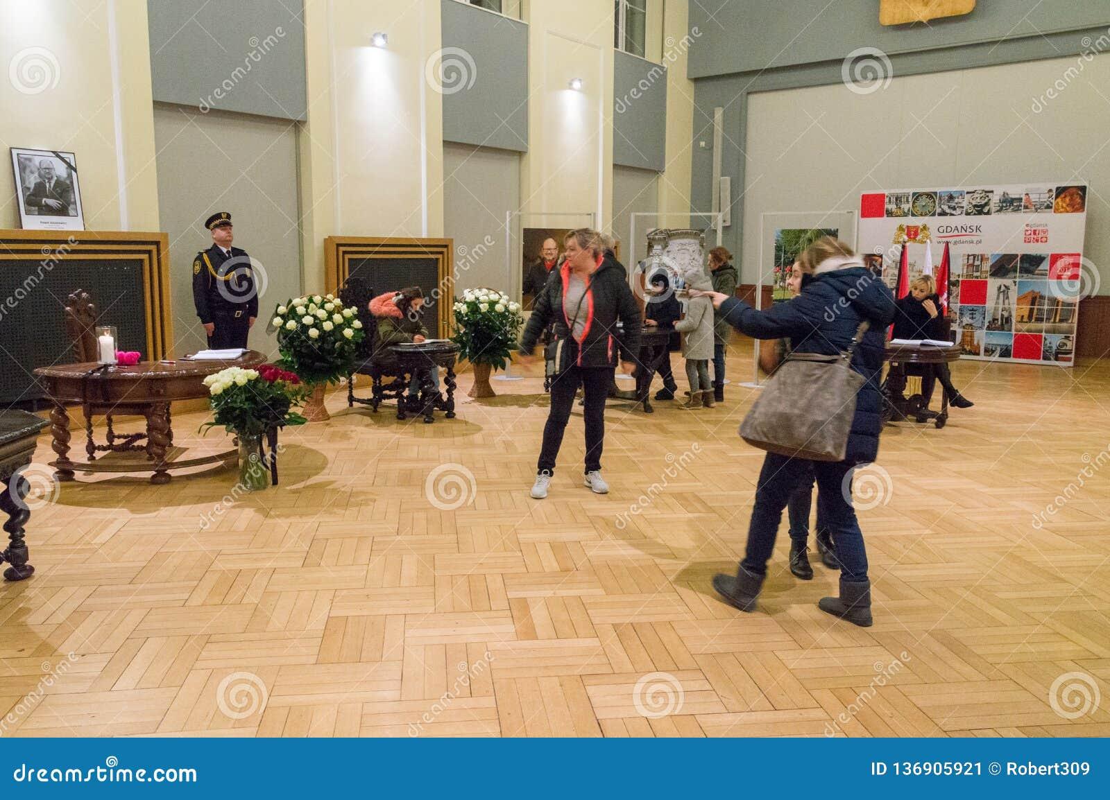Ludzie piszą wiadomości kondolencje co do śmierci Mayor Gdański Pawel Adamowicz