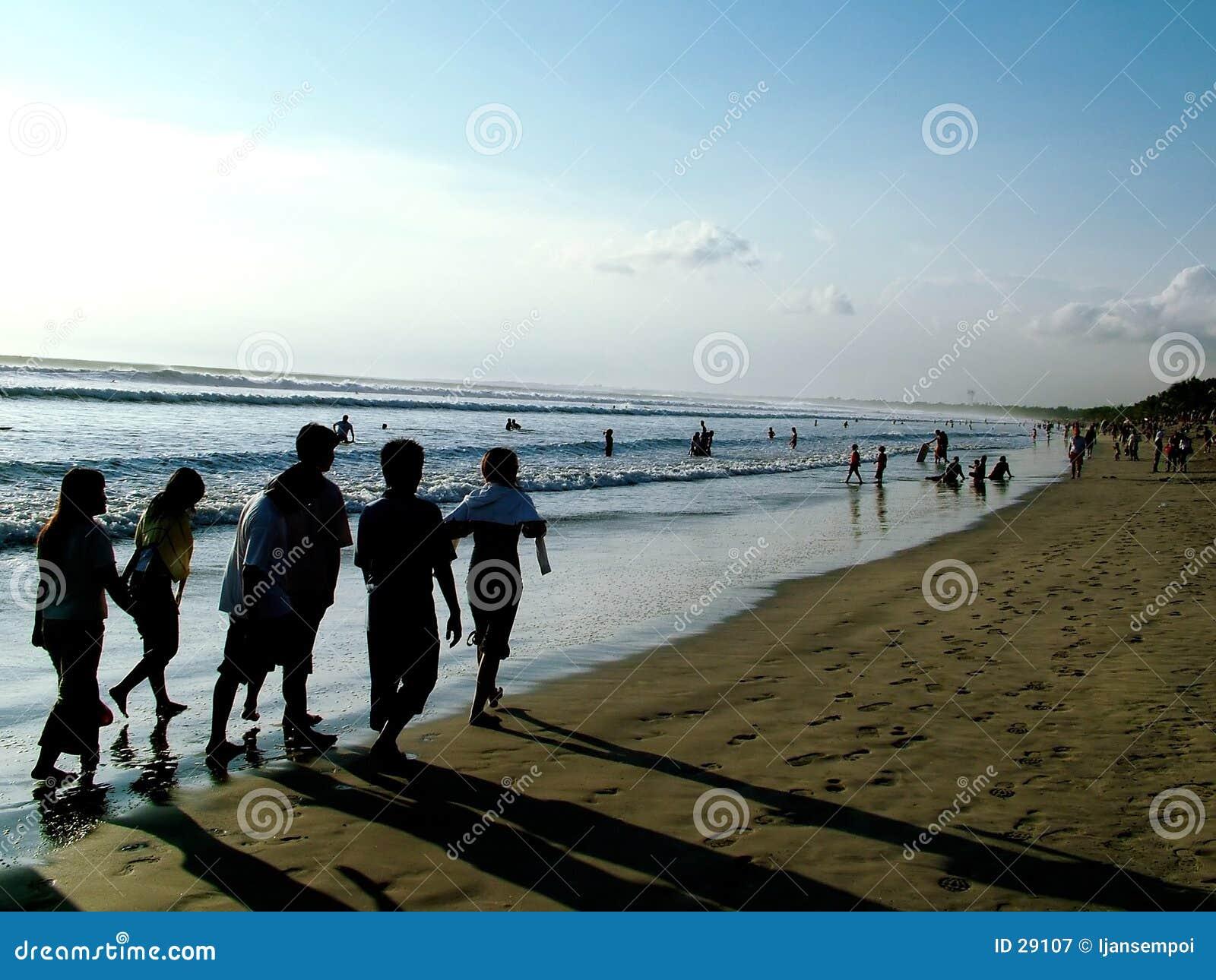 Ludzie plażowi chodzić