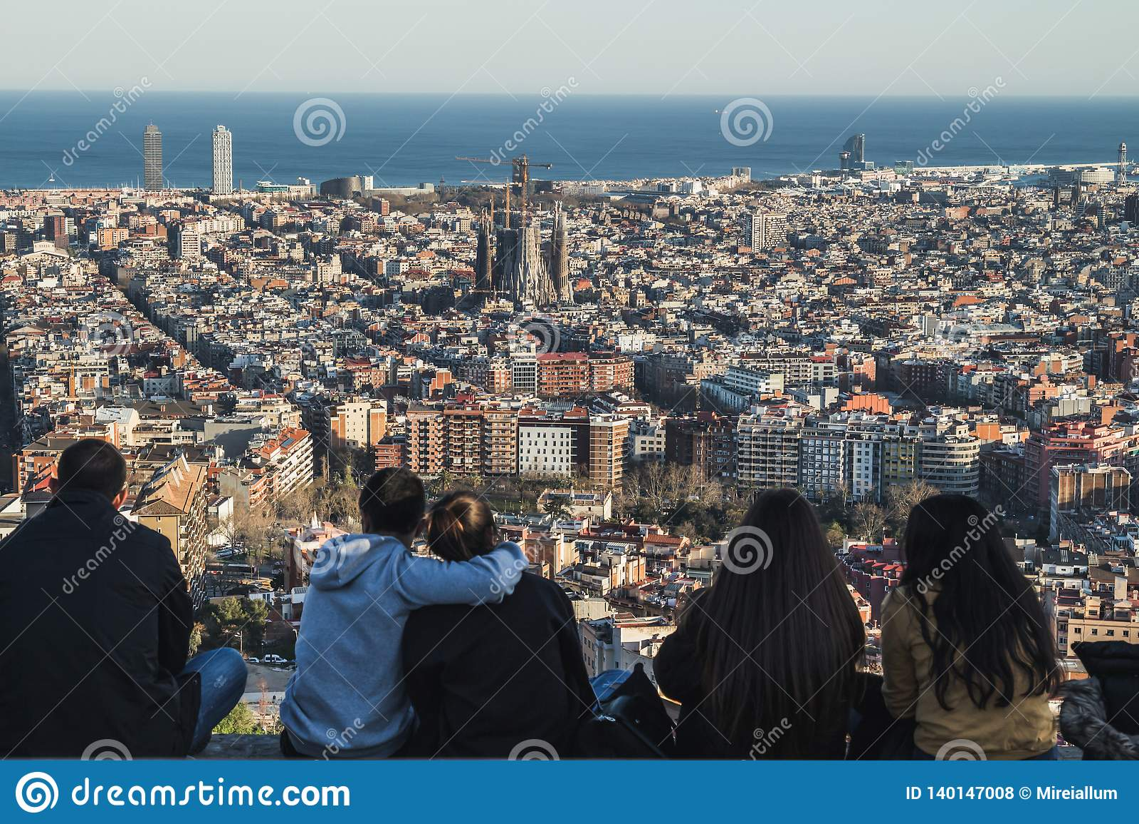 Ludzie podziwia widoki miasto Barcelona