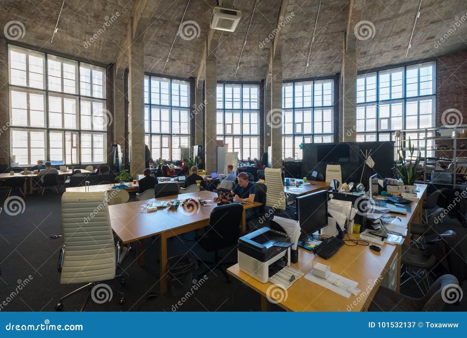 Ludzie prac przy nowożytną coworking przestrzenią