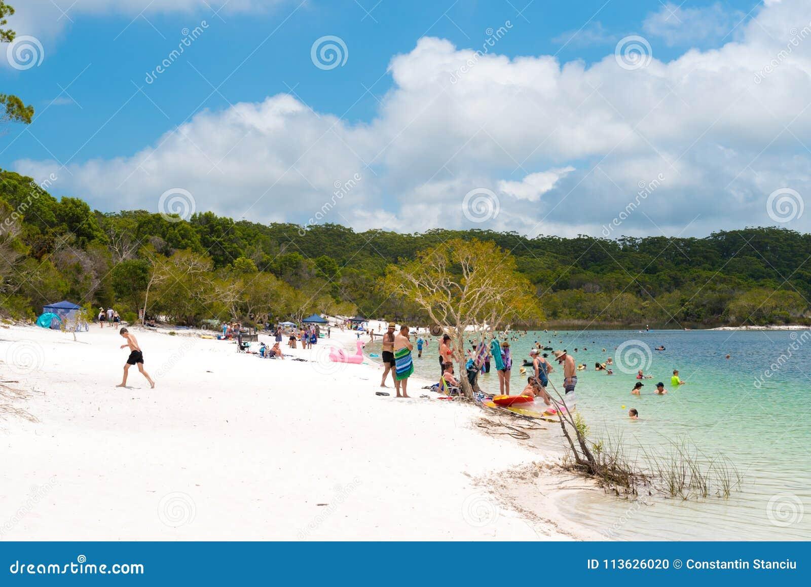Ludzie przy plażą przy Jeziornym McKenzie, jeden popularny słodkowodny jezioro przy Fraser wyspą, Australia