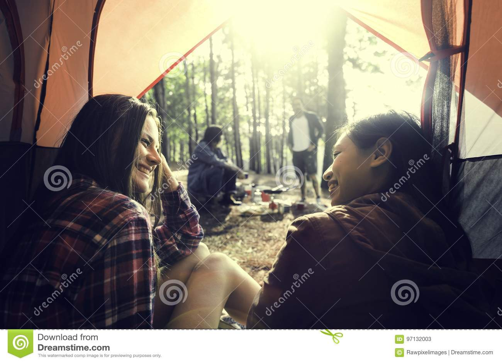 Ludzie przyjaźni meliny Podróżnego miejsca przeznaczenia Campingowego pojęcia