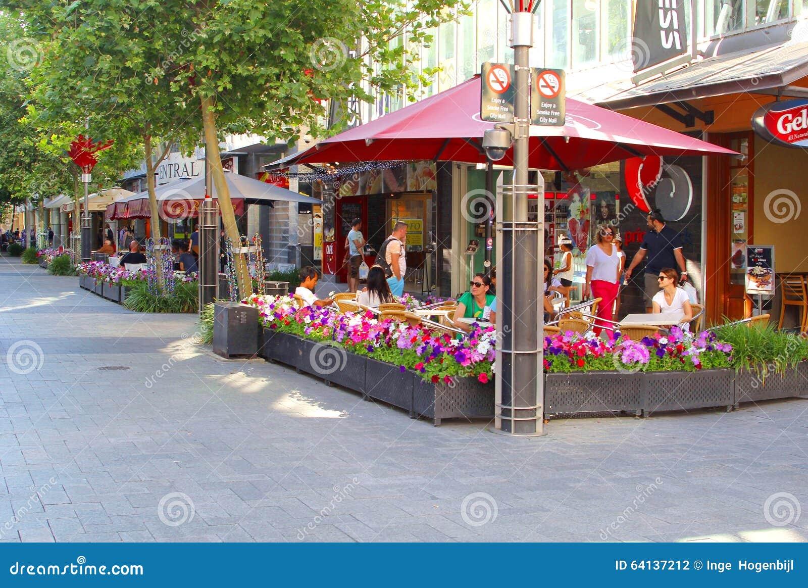 Ludzie relaksują przy cukiernianymi tarasami w Murray ulicie, Perth, zachodnia australia