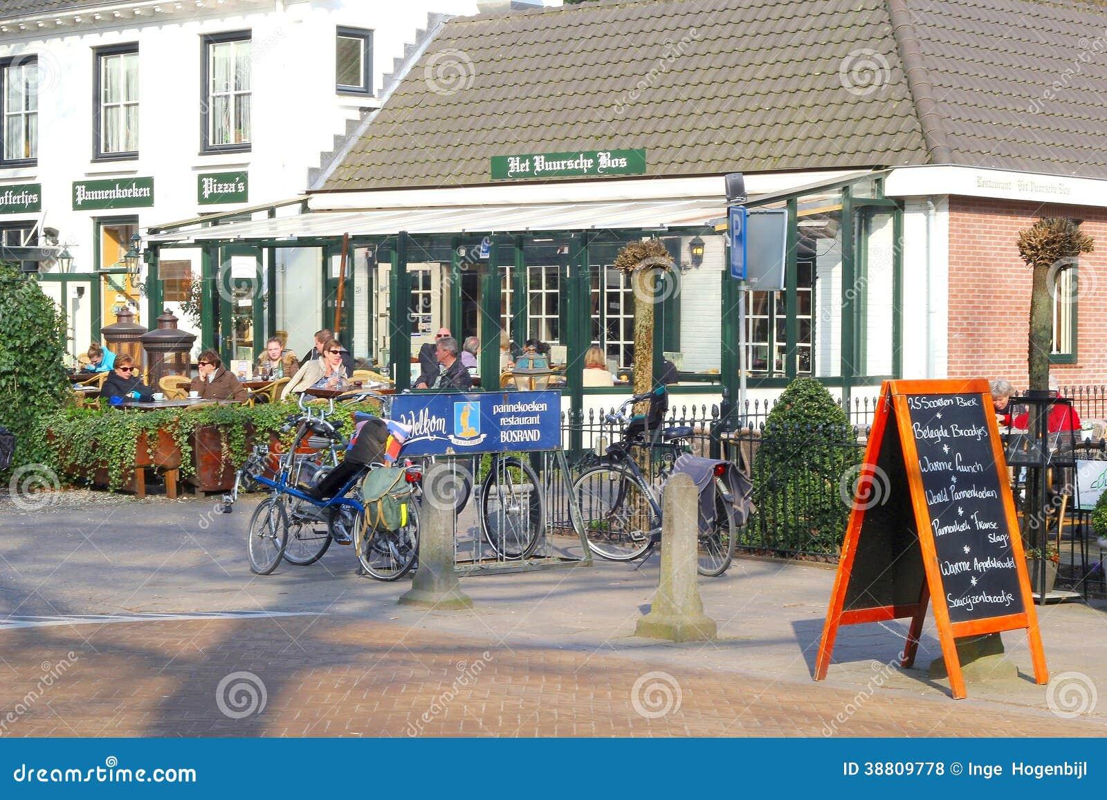 Ludzie relaksują przy tarasem w Lage Vuursche, Holandia