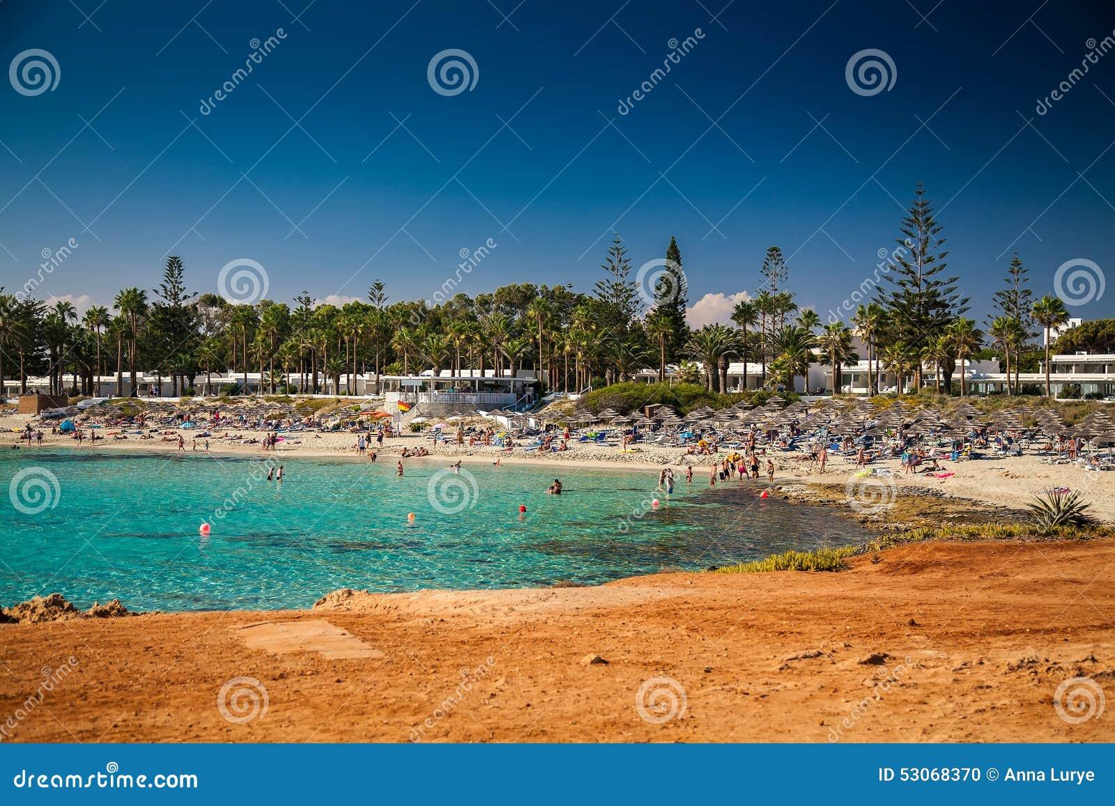Ludzie relaksuje przy Nissi plażą w Cypr