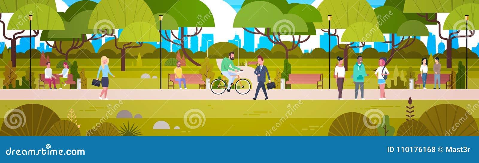 Ludzie Relaksuje W Pięknym Miastowym Parkowym Chodzącym Jeździeckim bicyklu I Komunikuje Horyzontalnego sztandar