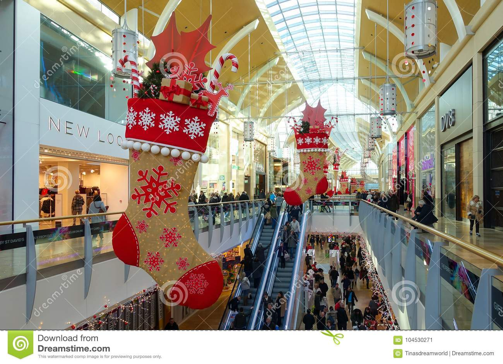 Ludzie robi ich Bożenarodzeniowemu zakupy w St David's Centre Cardi