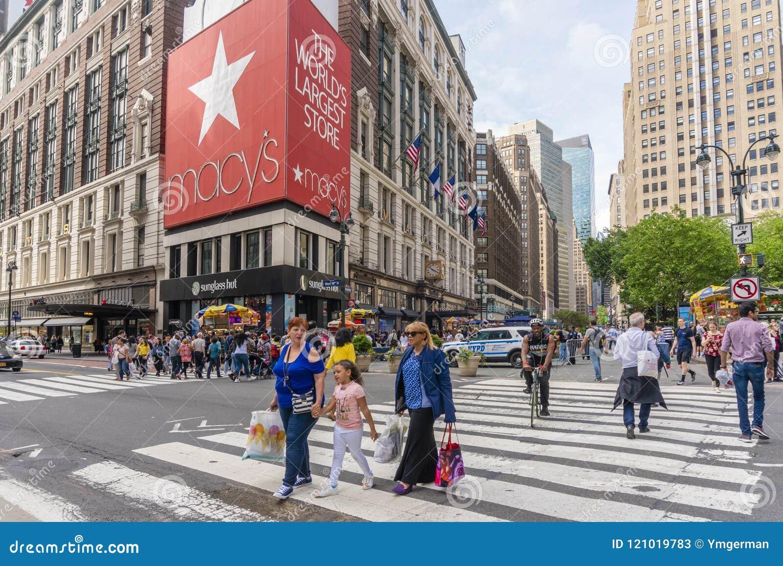 Ludzie robi zakupy przy Macy ` s wydziałowym sklepem w Miasto Nowy Jork