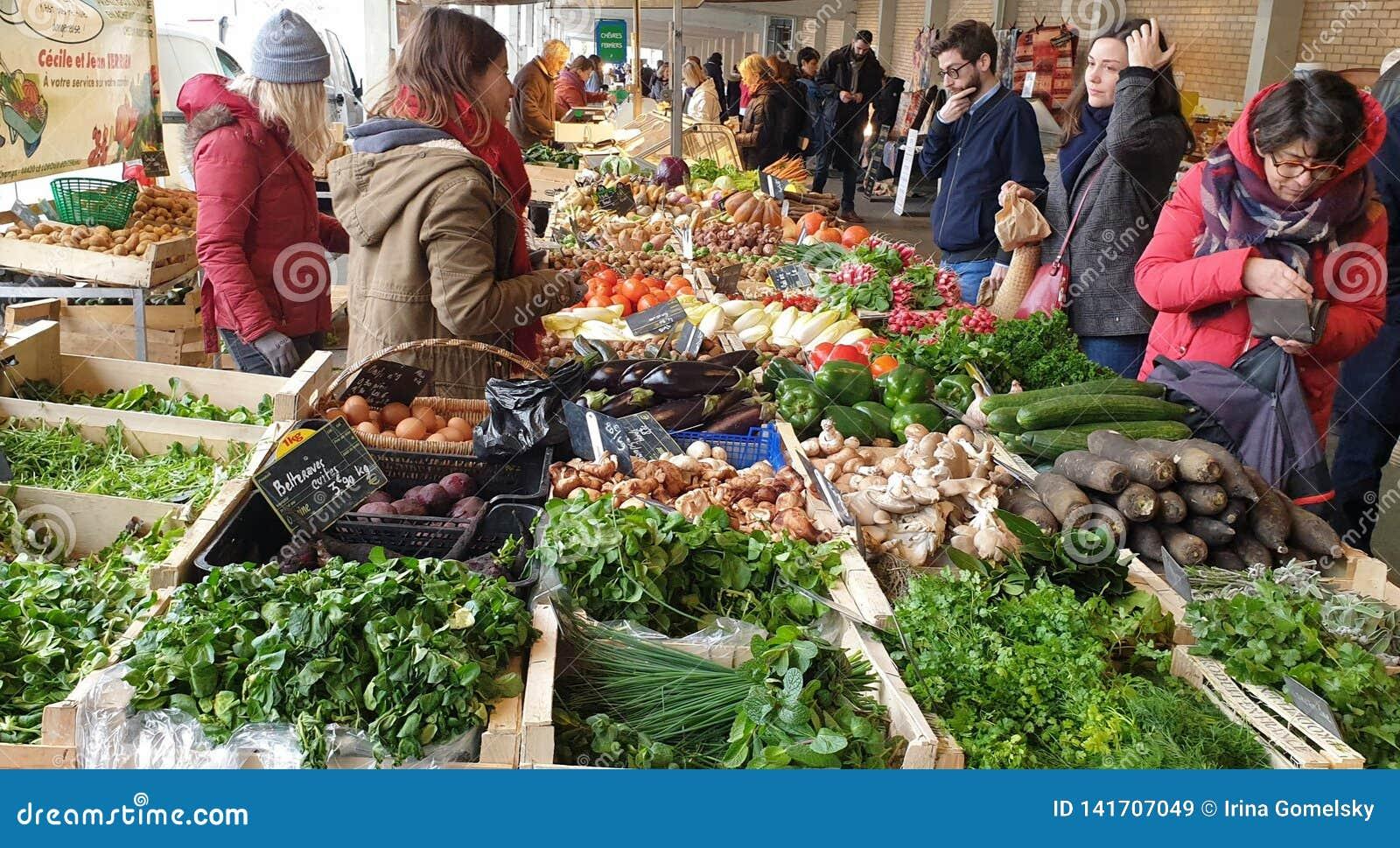 Ludzie robi zakupy przy rolnikami wprowadzać na rynek w Nantes, Francja