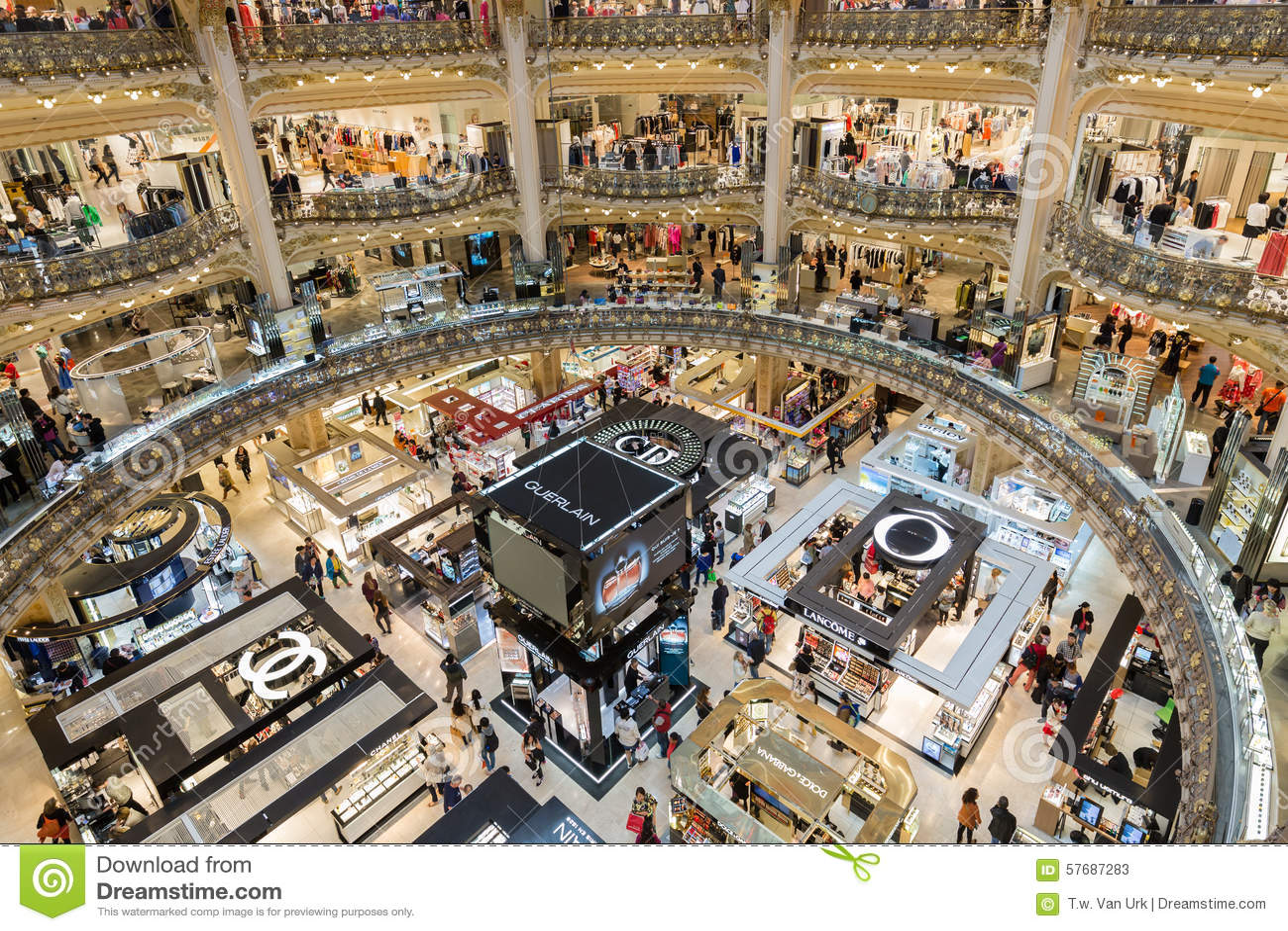 Ludzie robi zakupy w luksusowym Lafayette wydziałowym sklepie Paryż, Francja