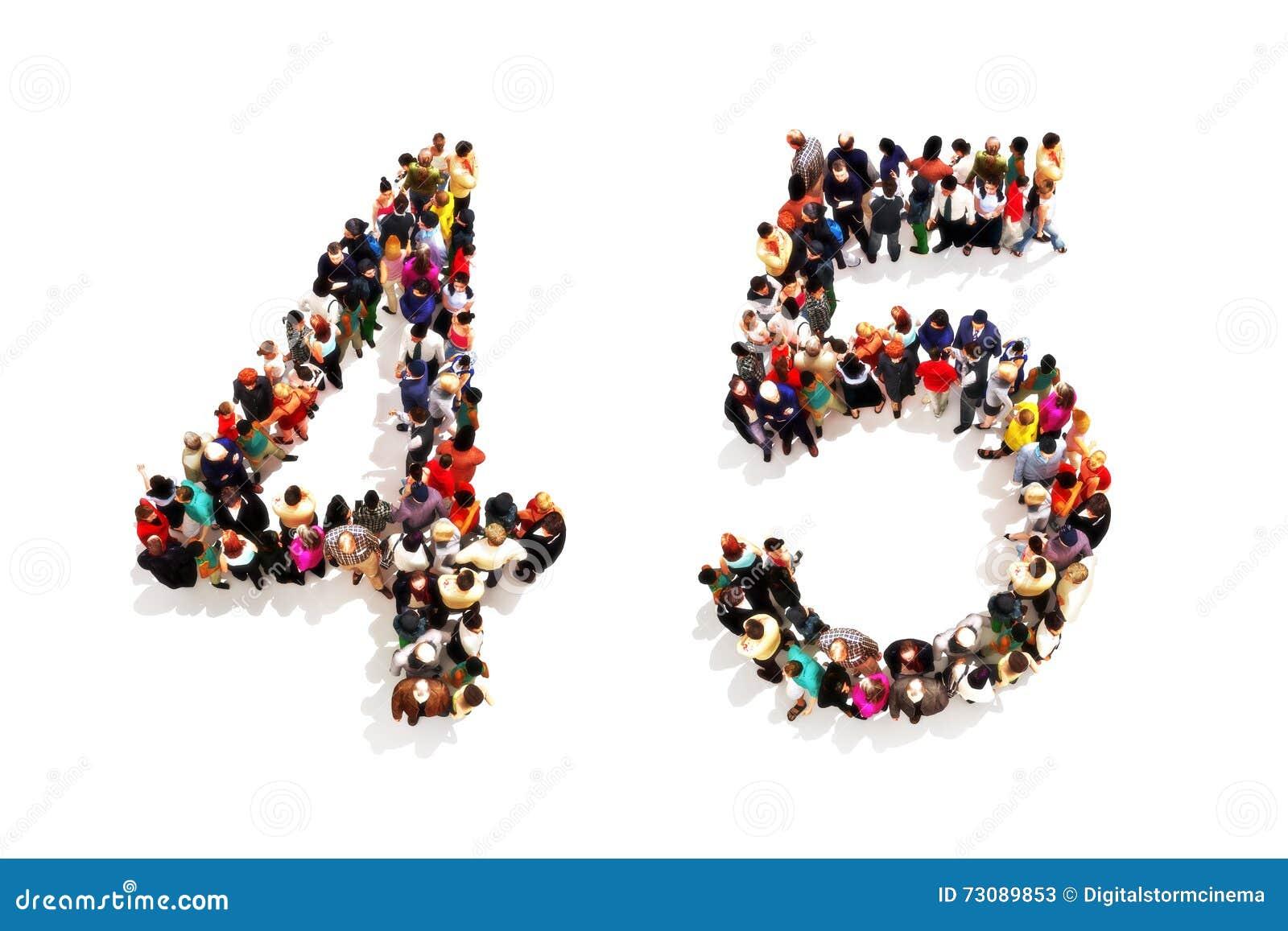 Ludzie tworzy kształt jako 3d liczba cztery i pięć (4) (5) symbol na białym tle