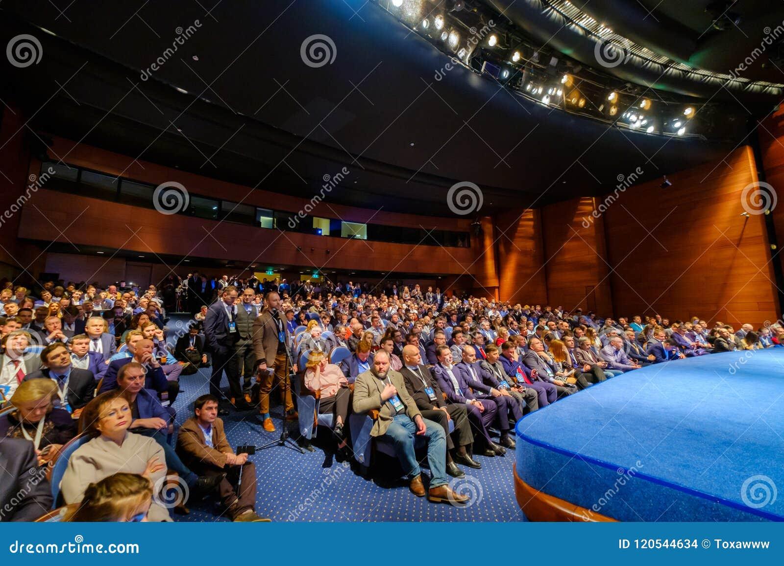Ludzie uczęszczają biznesową konferencję w kongres sala