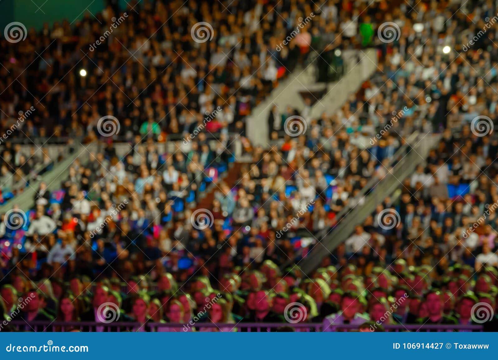 Ludzie uczęszczają biznesową konferencję w kongres sala przy synergiego Globalnym forum