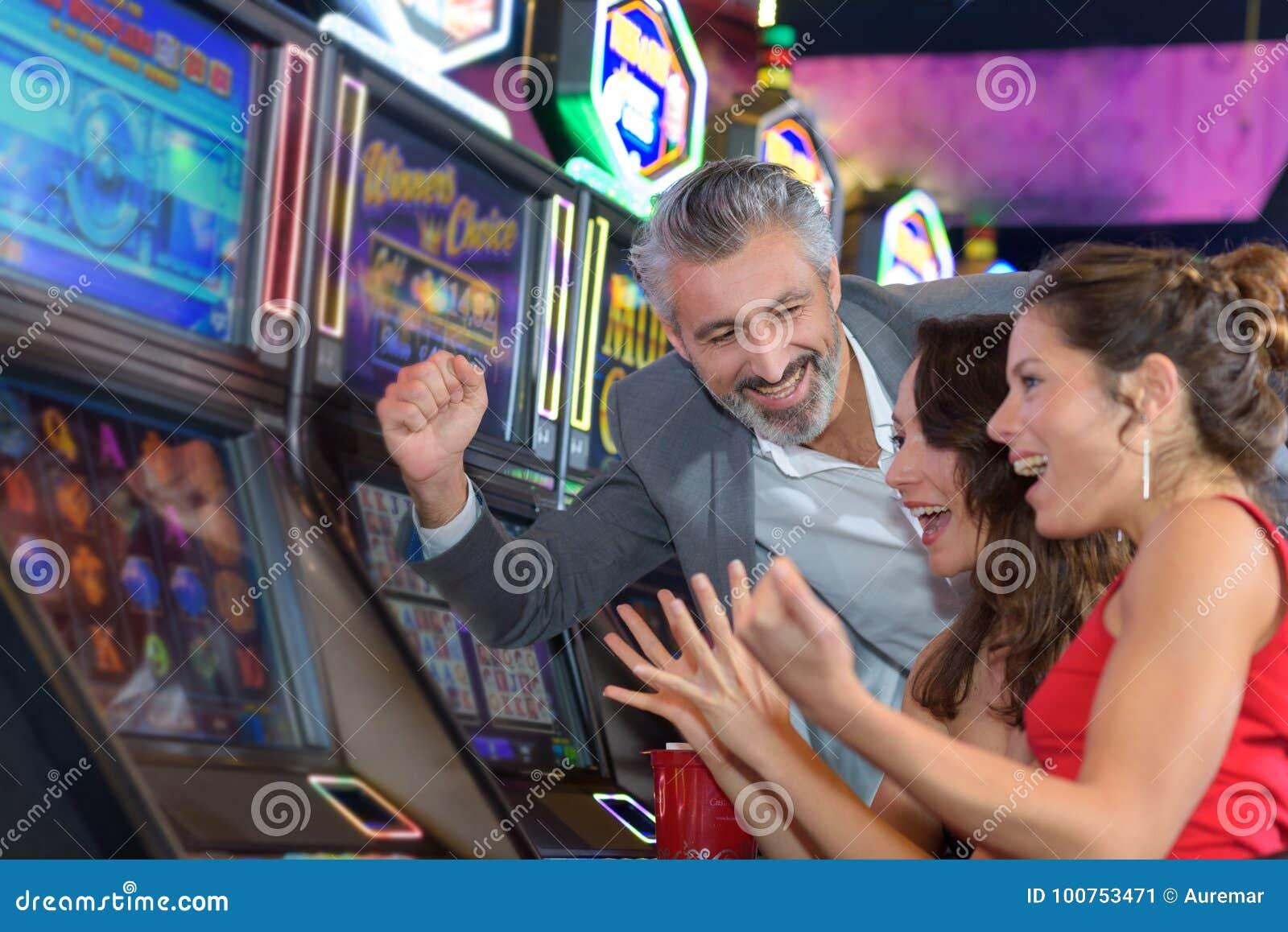 Ludzie uprawia hazard w kasynowym bawić się automat do gier