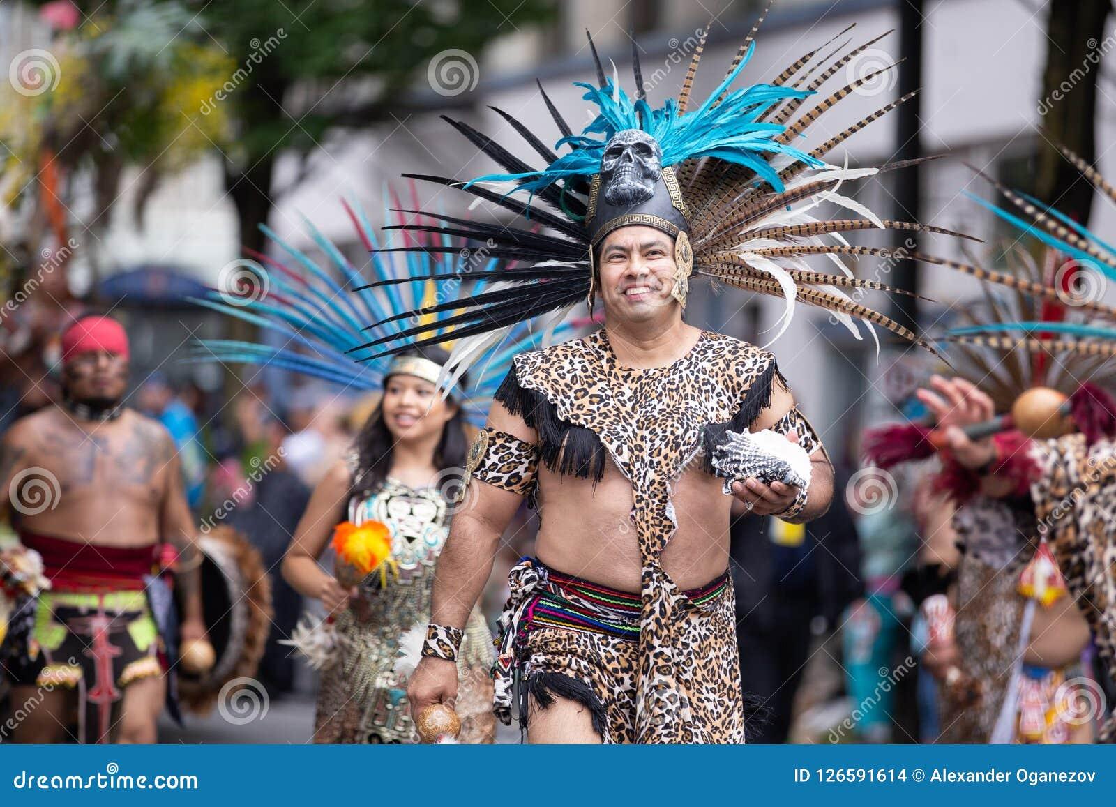 Ludzie w aztec kostiumów maszerować
