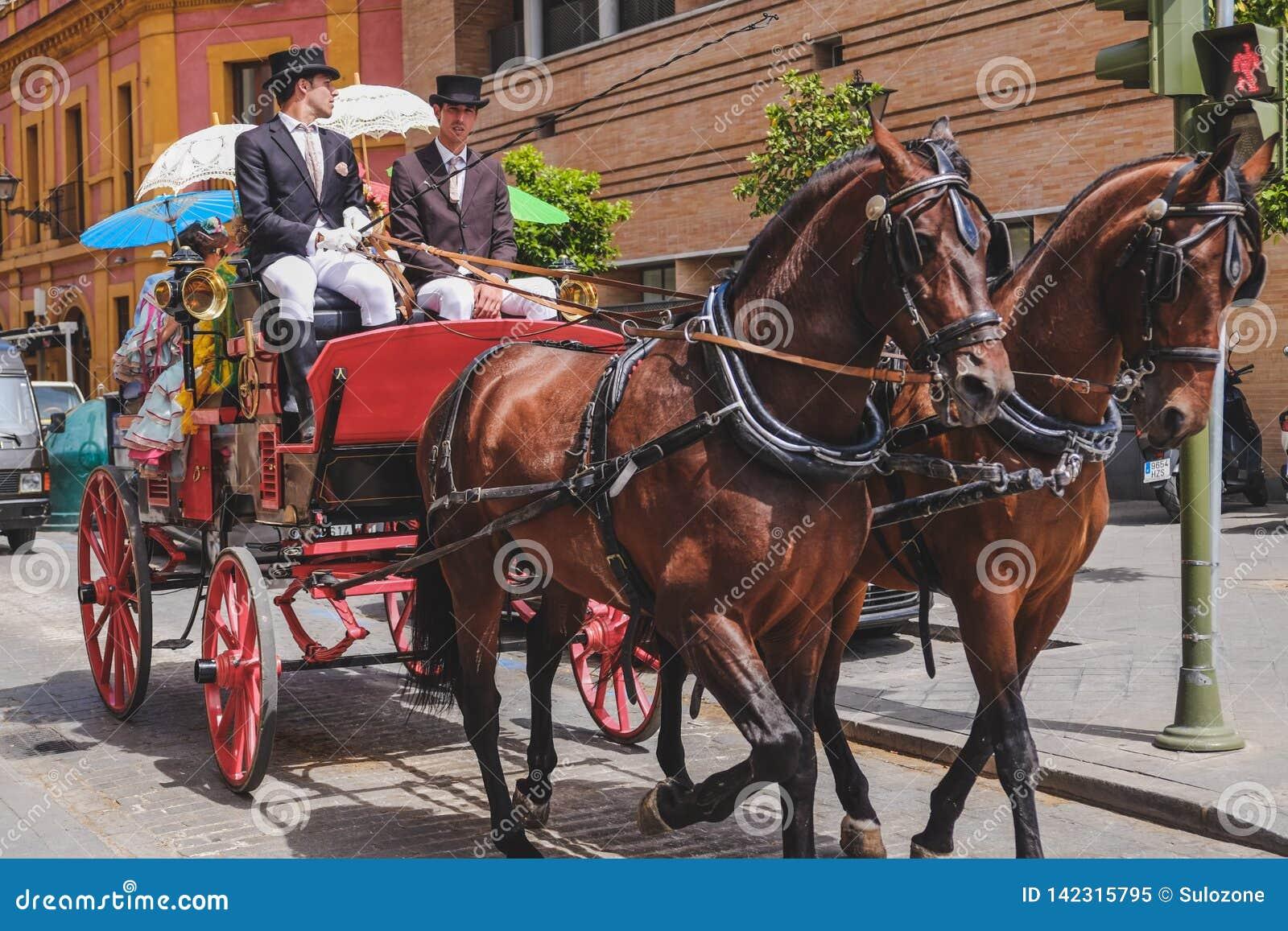 Ludzie w tradycyjnym kostiumowym podróżowaniu w frachcie seville Spain